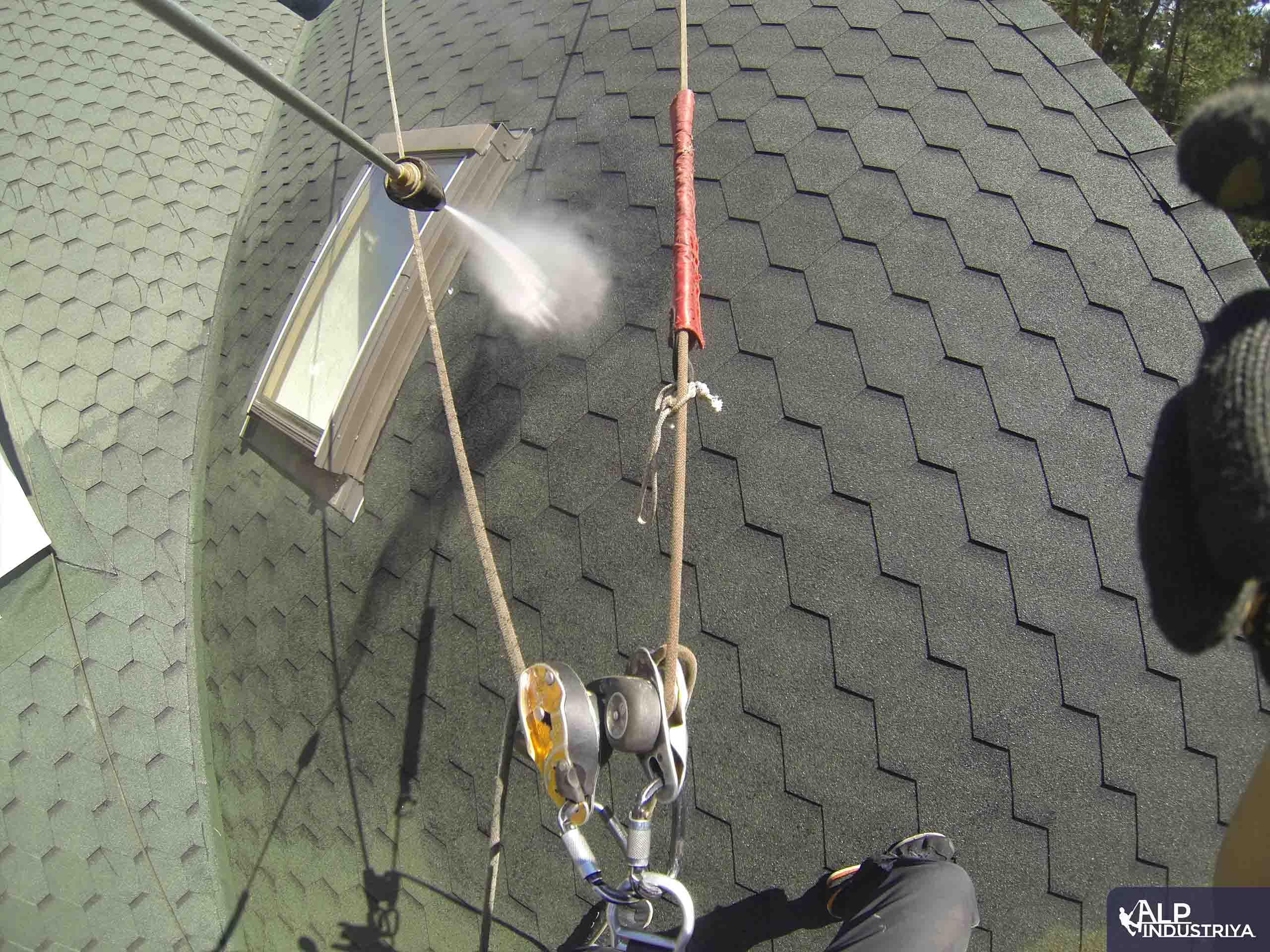 Чистка крыши высотником нашей компании-2