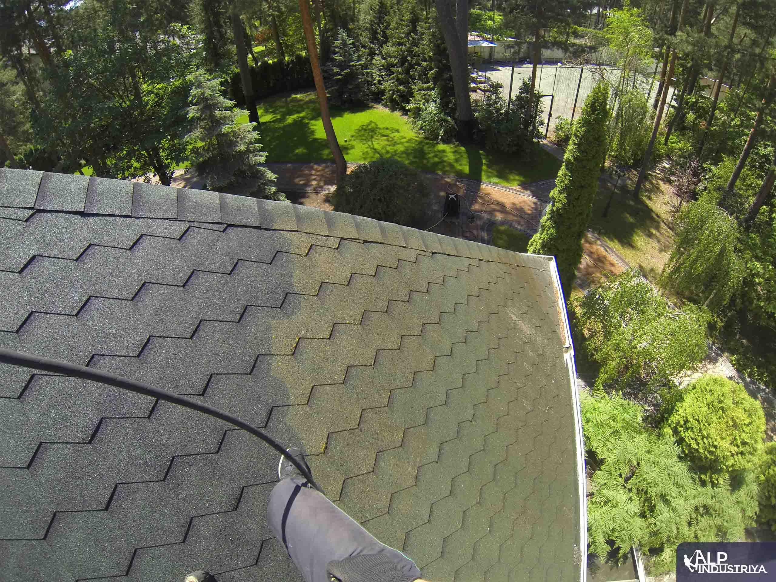 Чистка крыши высотником нашей компании-3