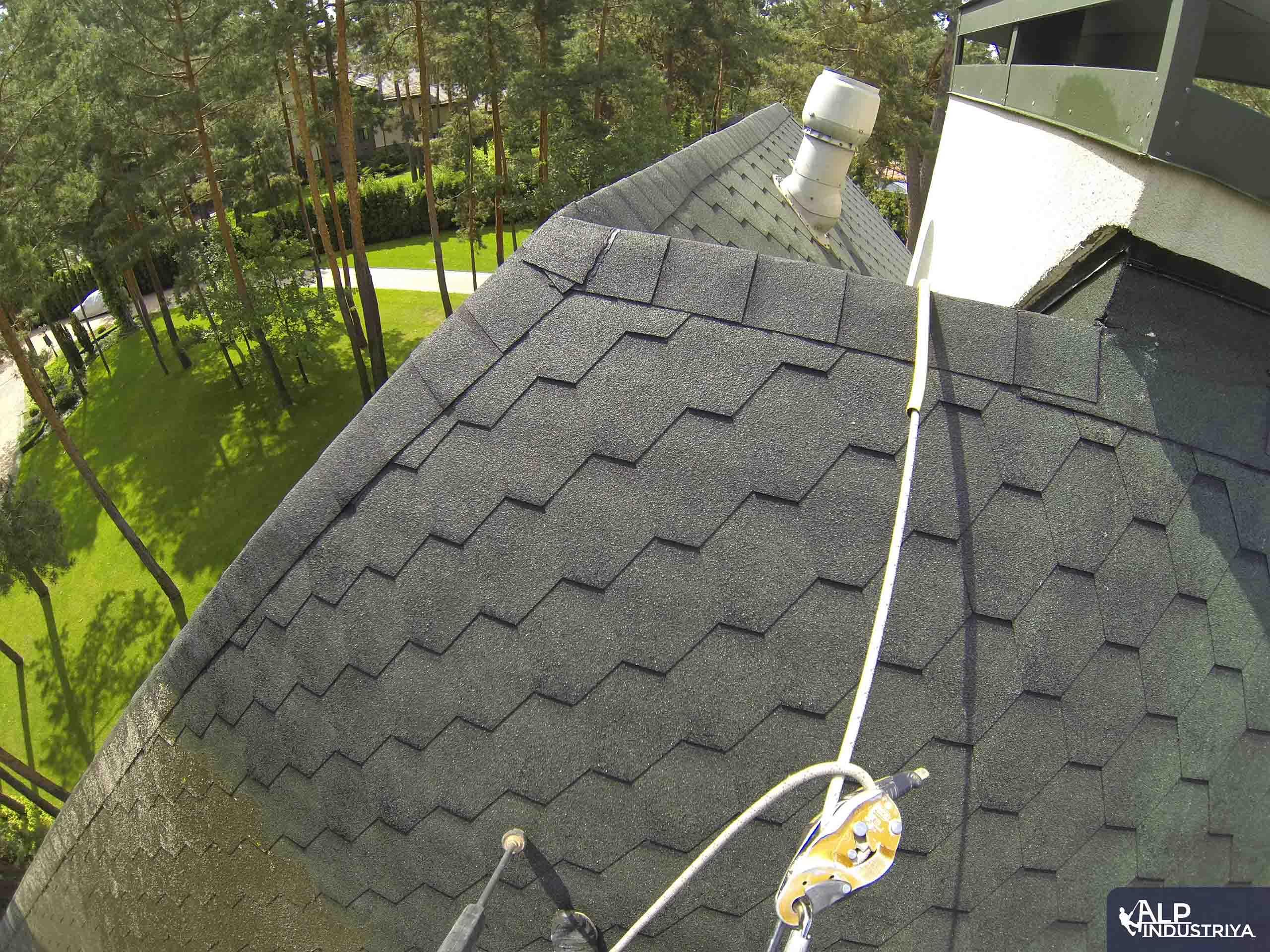 Чистка крыши высотником нашей компании-5