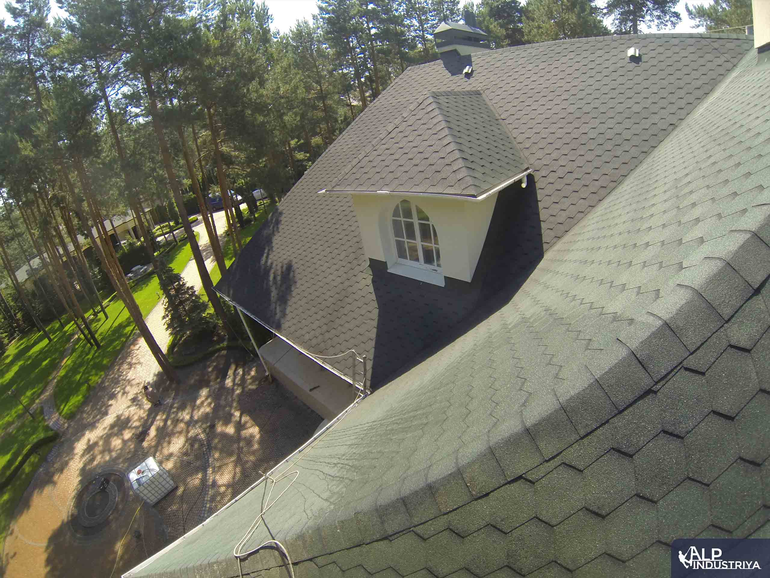 Чистка крыши высотником нашей компании-6