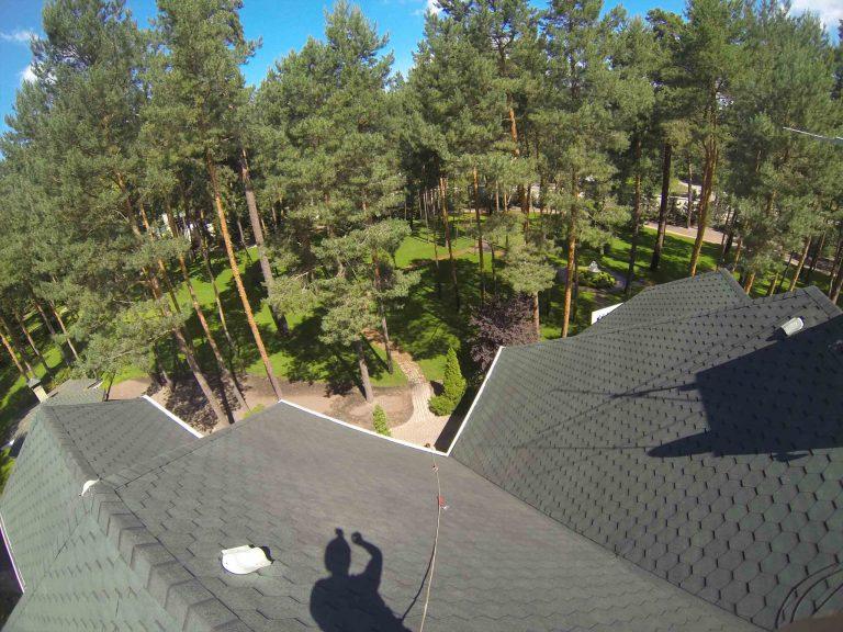 Чистка крыши высотником нашей компании.