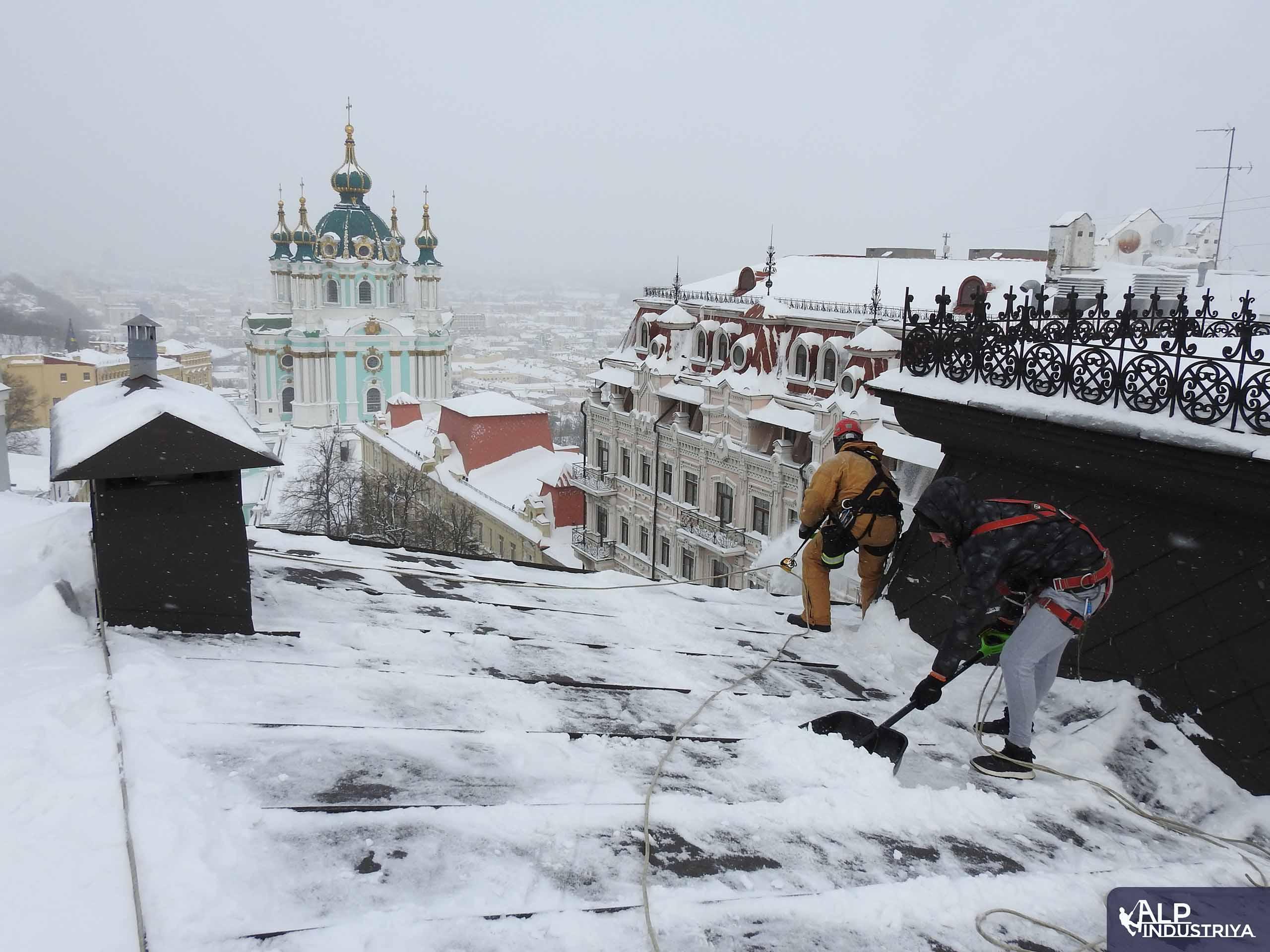 Пример выполненной работы по уборке снега с кровельного покрытия-1