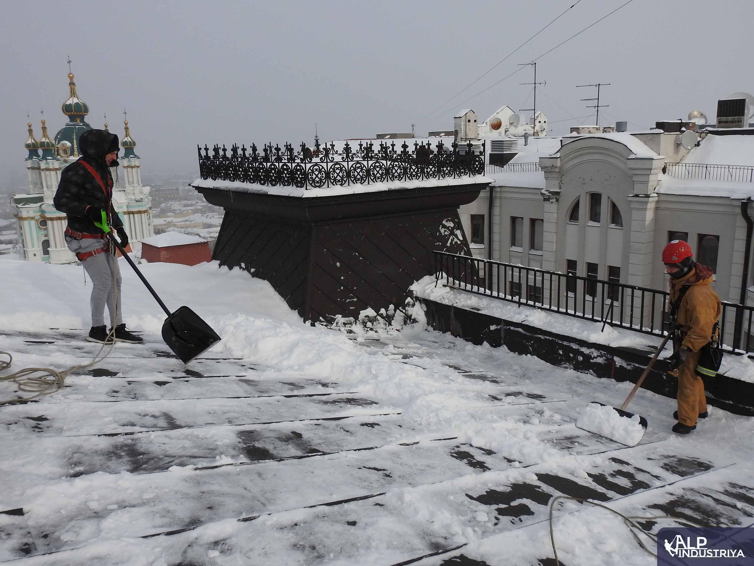 Пример выполненной работы по уборке снега с кровельного покрытия-2