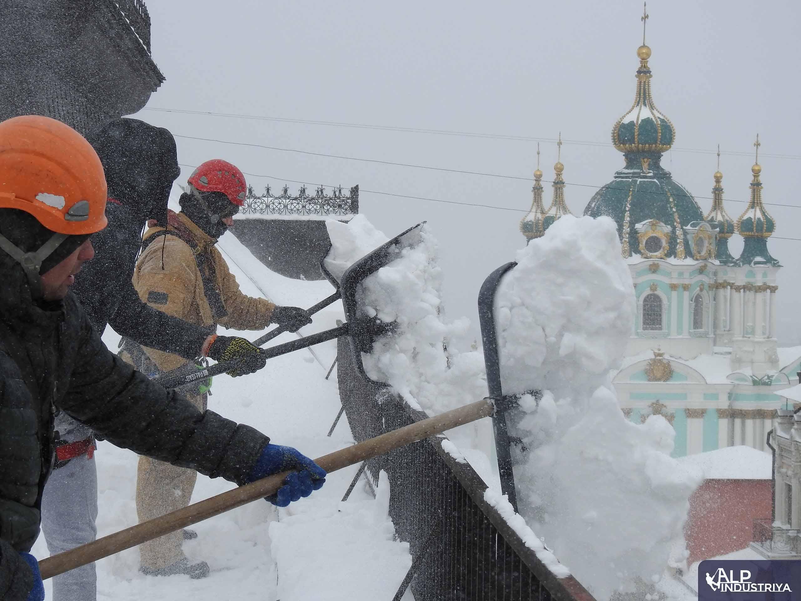 Пример выполненной работы по уборке снега с кровельного покрытия-3