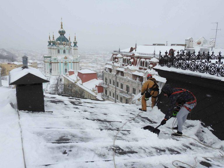 Пример выполненной работы по уборке снега с кровельного покрытия.