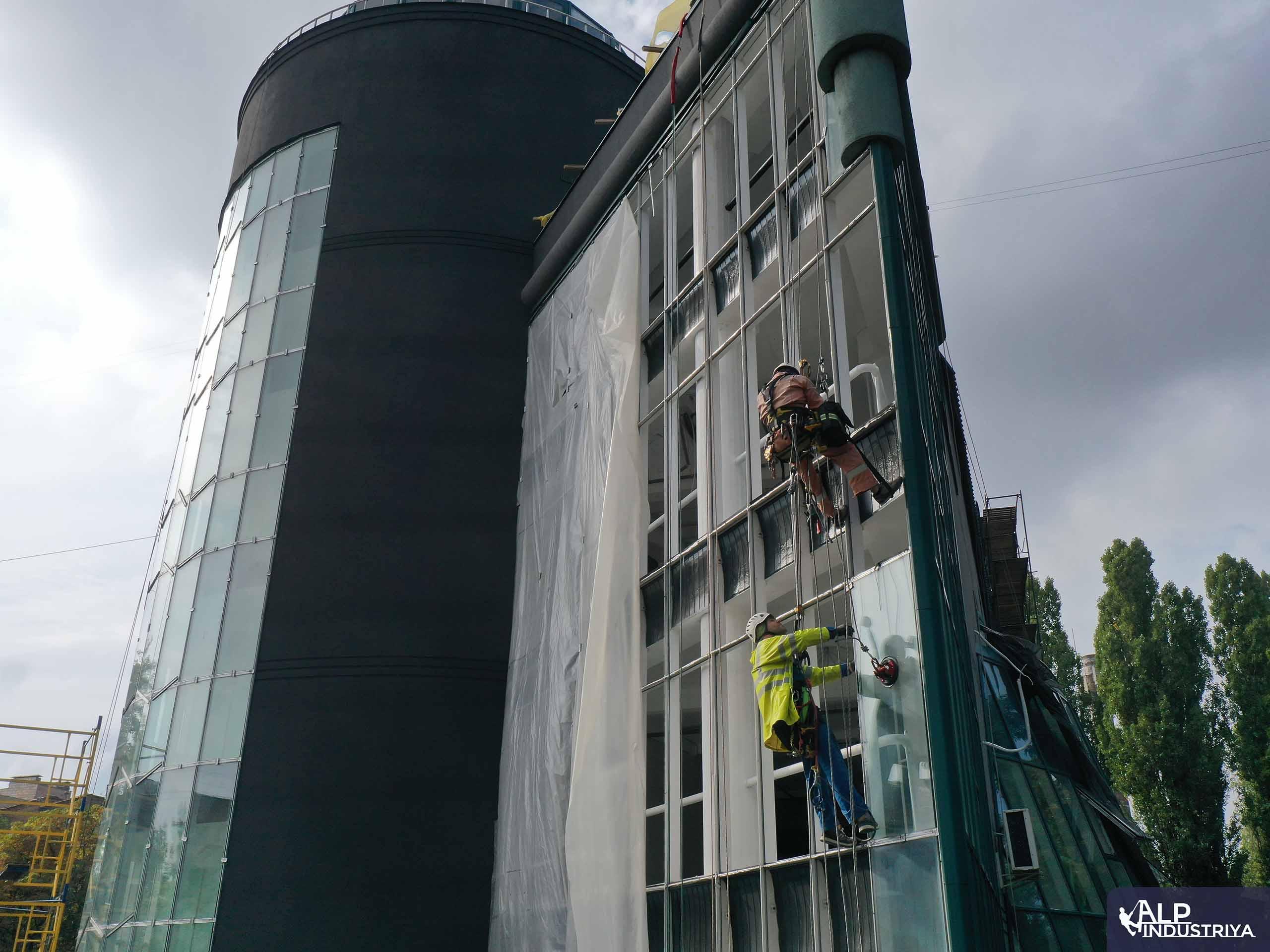 Демонтаж старого и монтаж нового стекла на фасаде здания-2