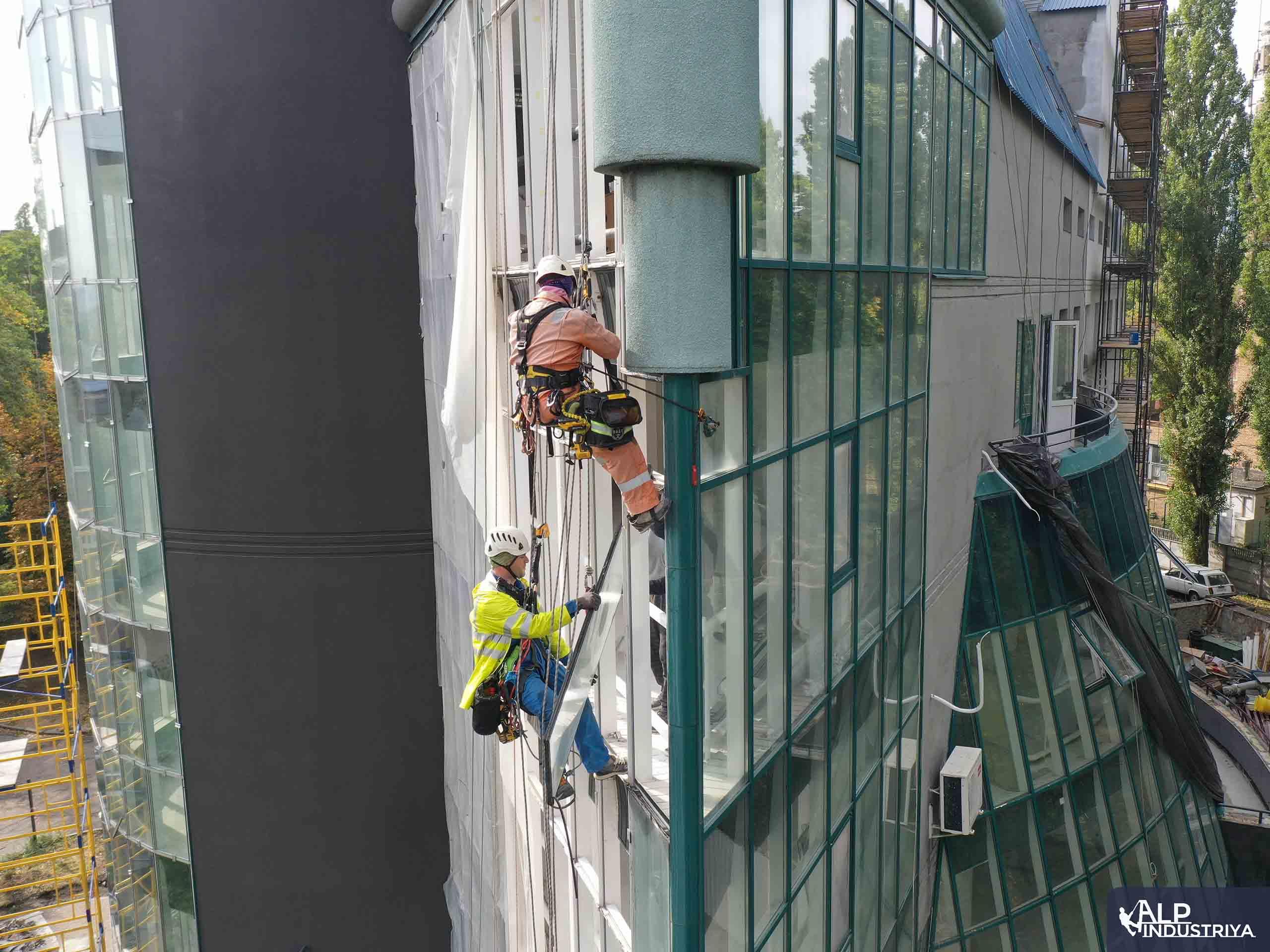 Демонтаж старого и монтаж нового стекла на фасаде здания-3