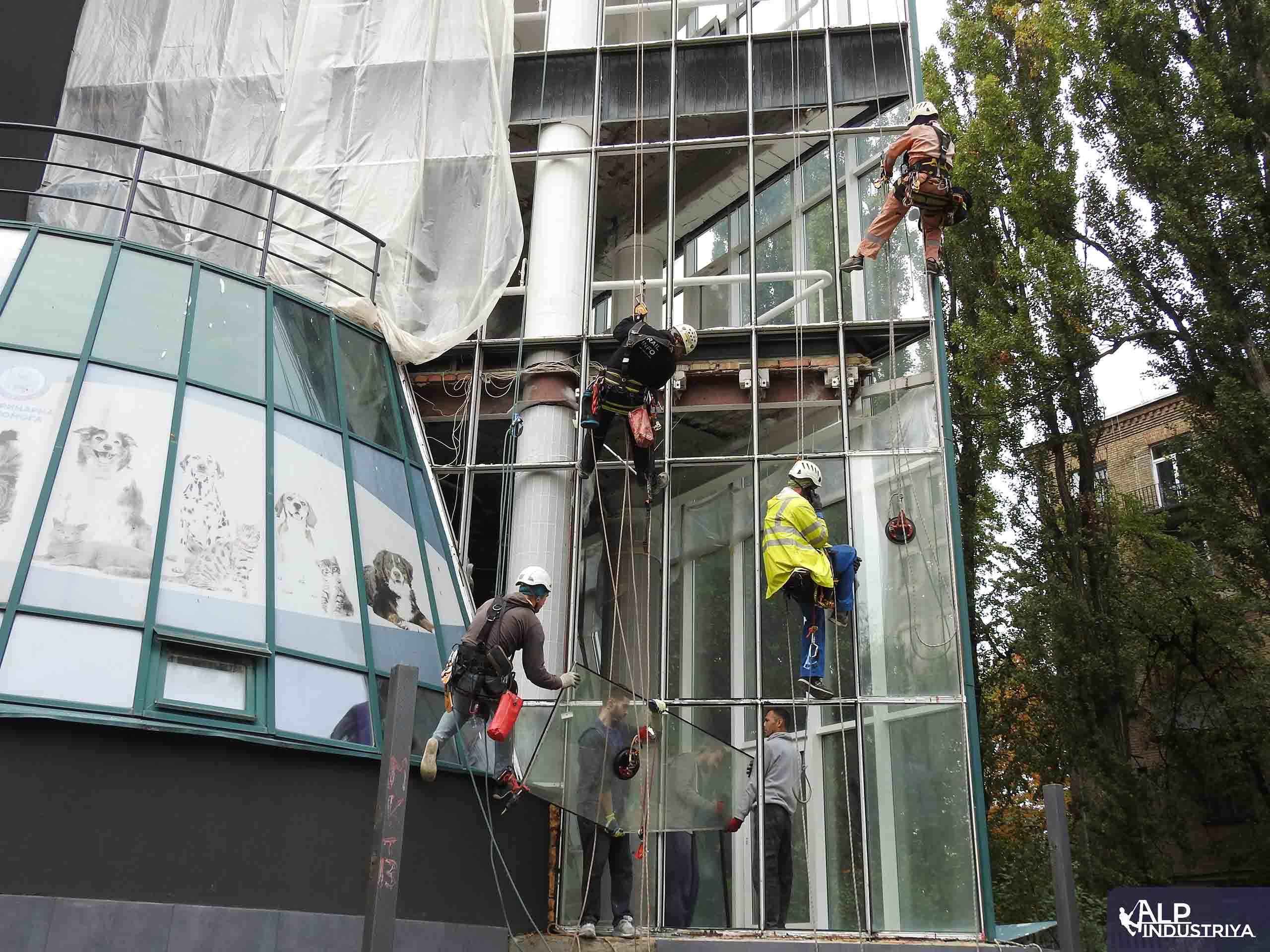 Демонтаж старого и монтаж нового стекла на фасаде здания-4