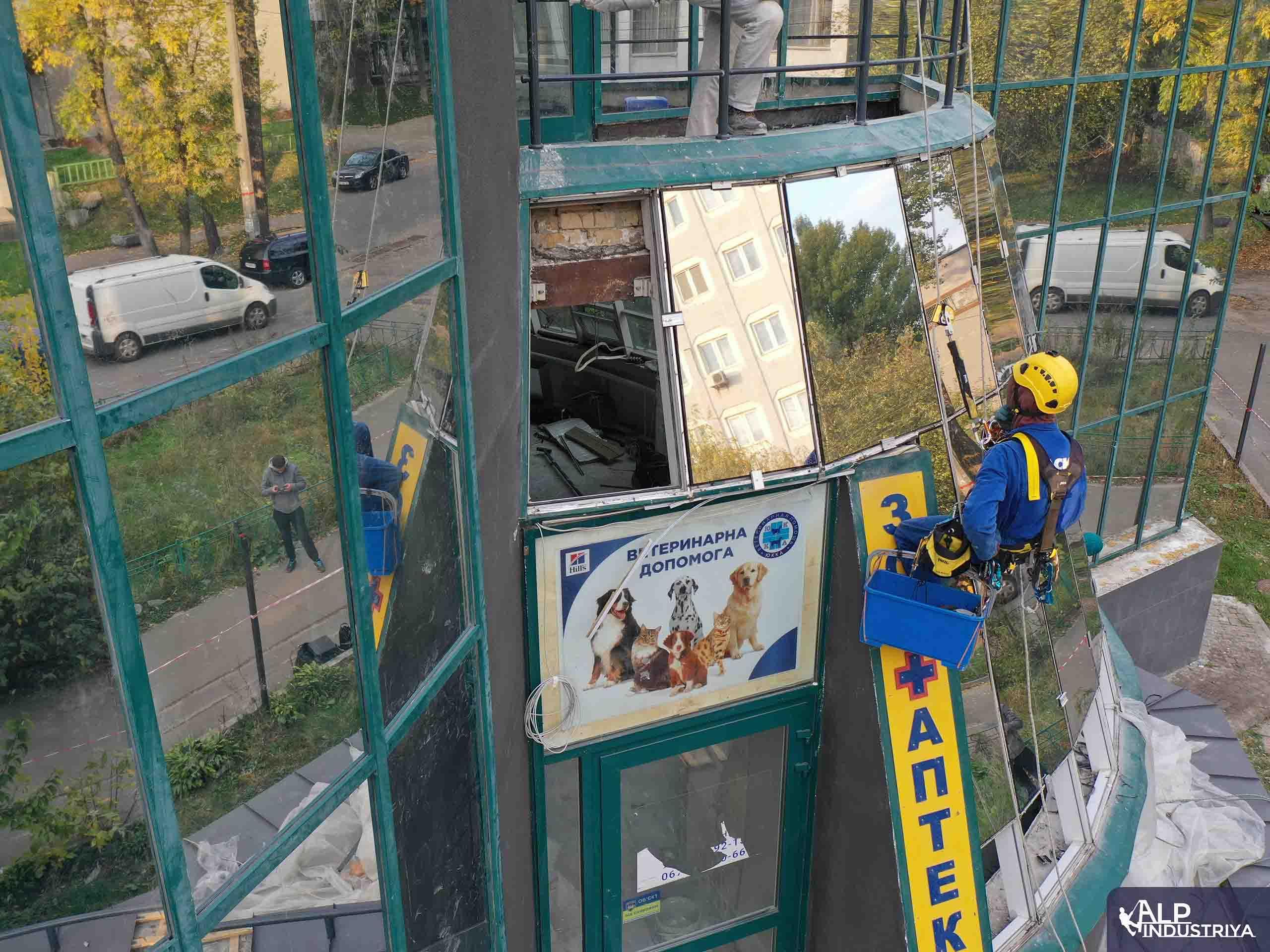 Демонтаж старого и монтаж нового стекла на фасаде здания-5