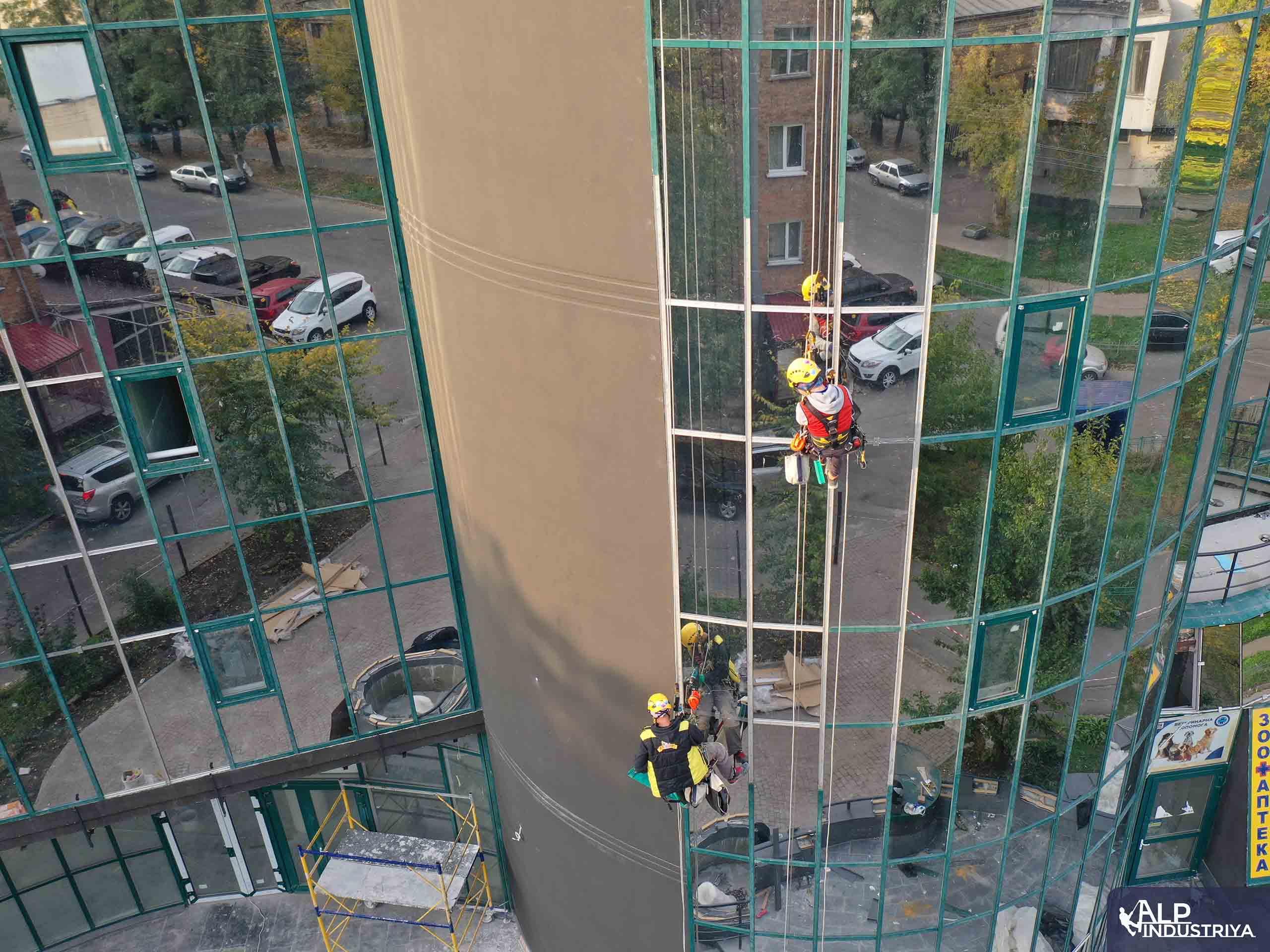 Демонтаж старого и монтаж нового стекла на фасаде здания-7