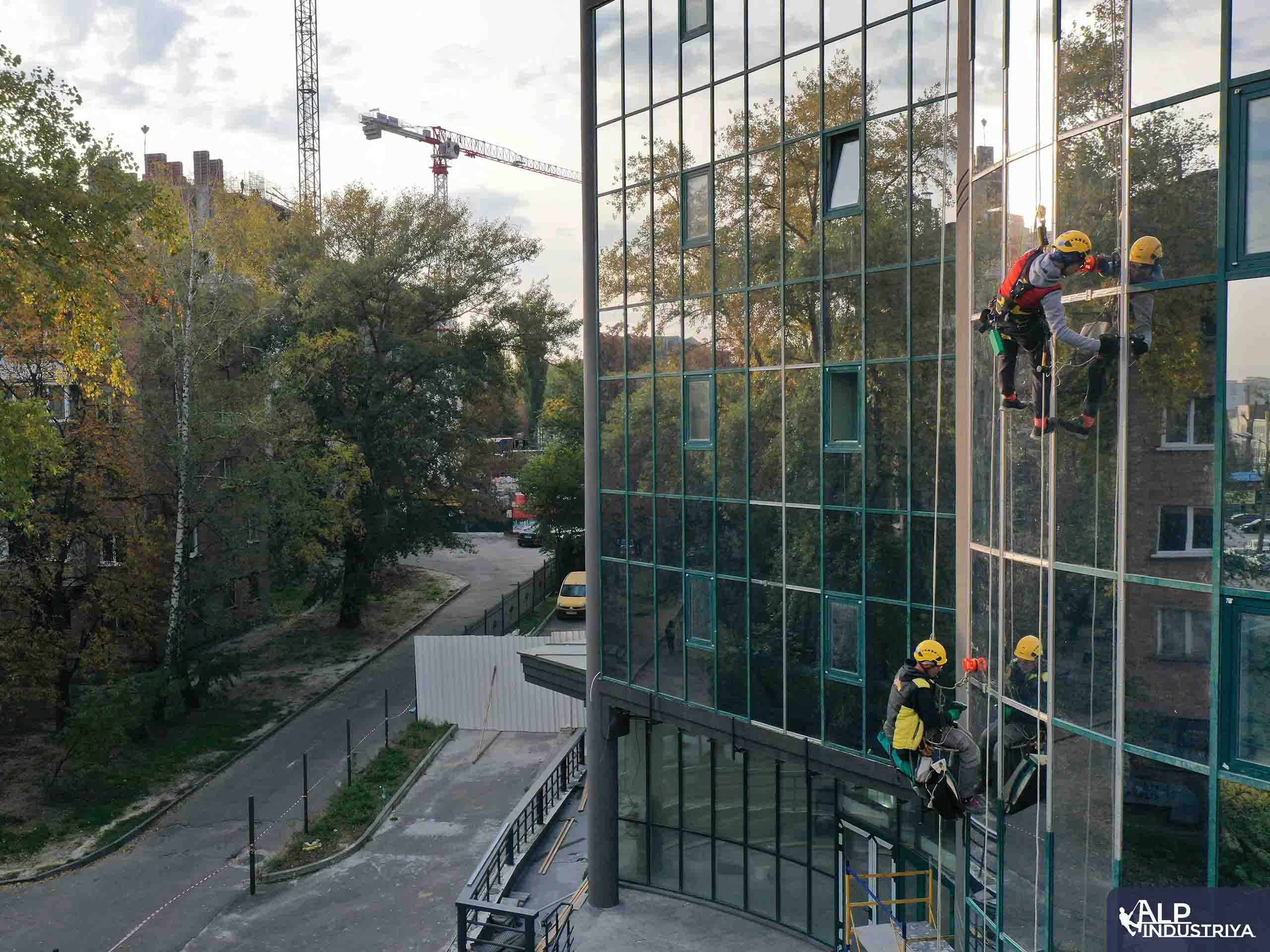 Демонтаж старого и монтаж нового стекла на фасаде здания-8