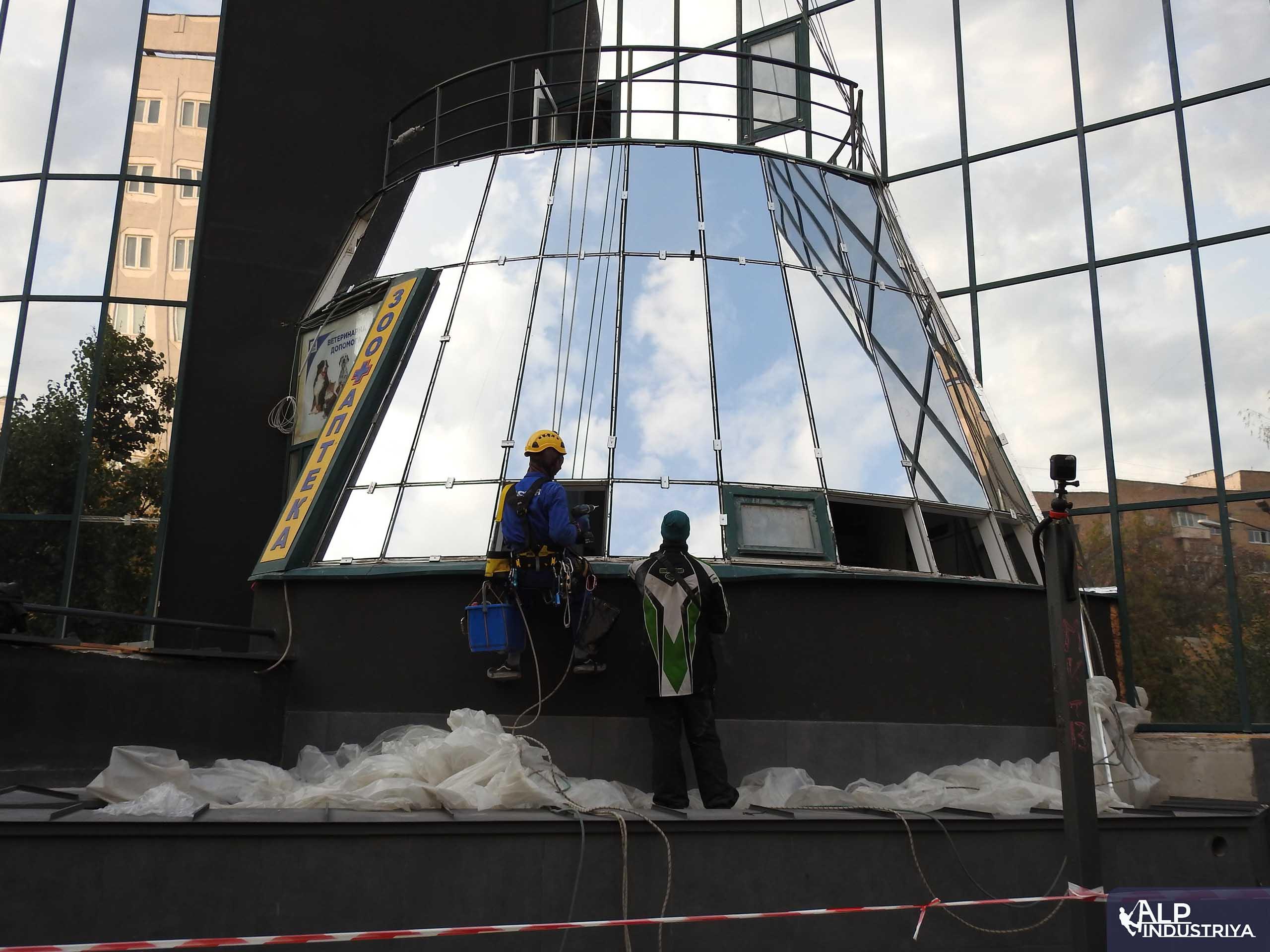 Демонтаж старого и монтаж нового стекла на фасаде здания-9
