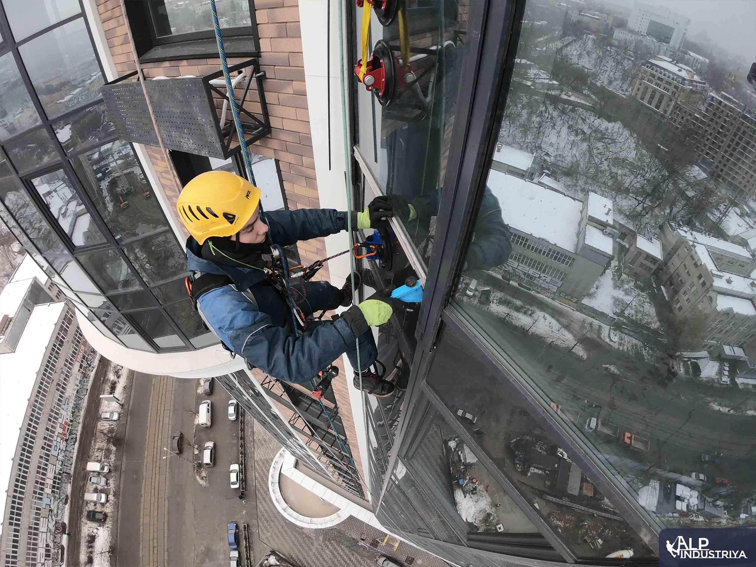 Монтаж нового стекла верхолазами нашей компании-2