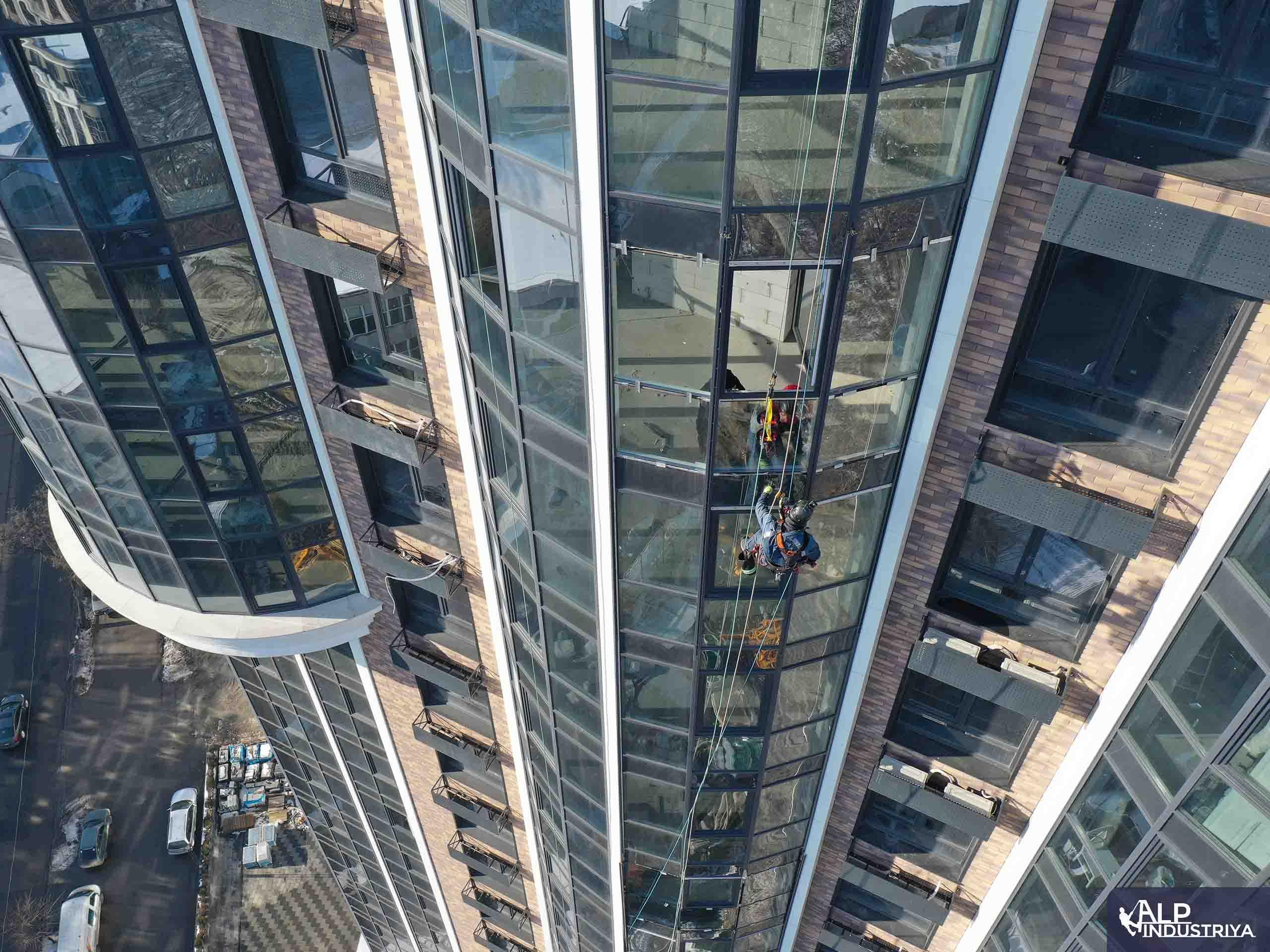 Монтаж нового стекла верхолазами нашей компании-3