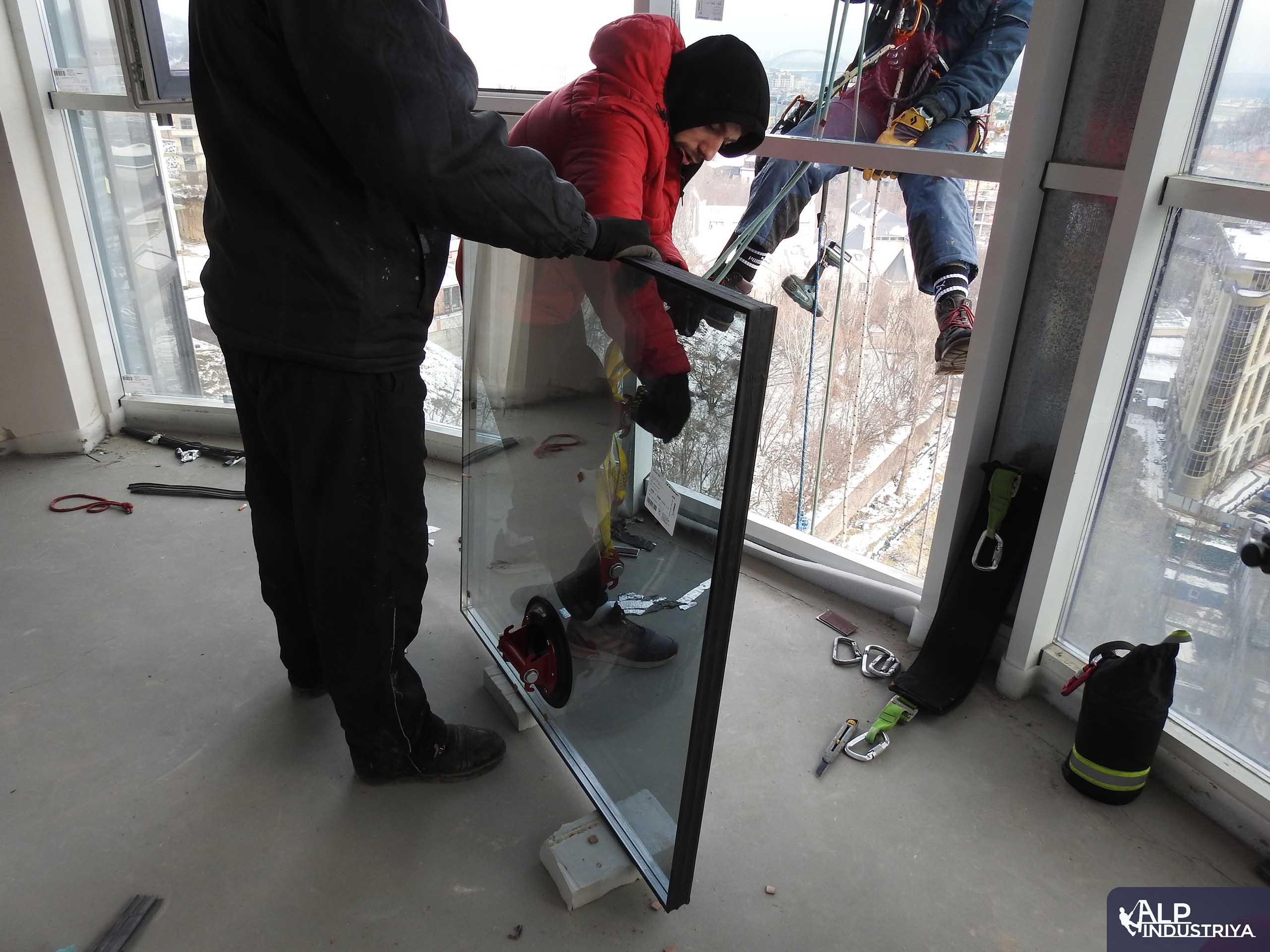 Монтаж нового стекла верхолазами нашей компании-4