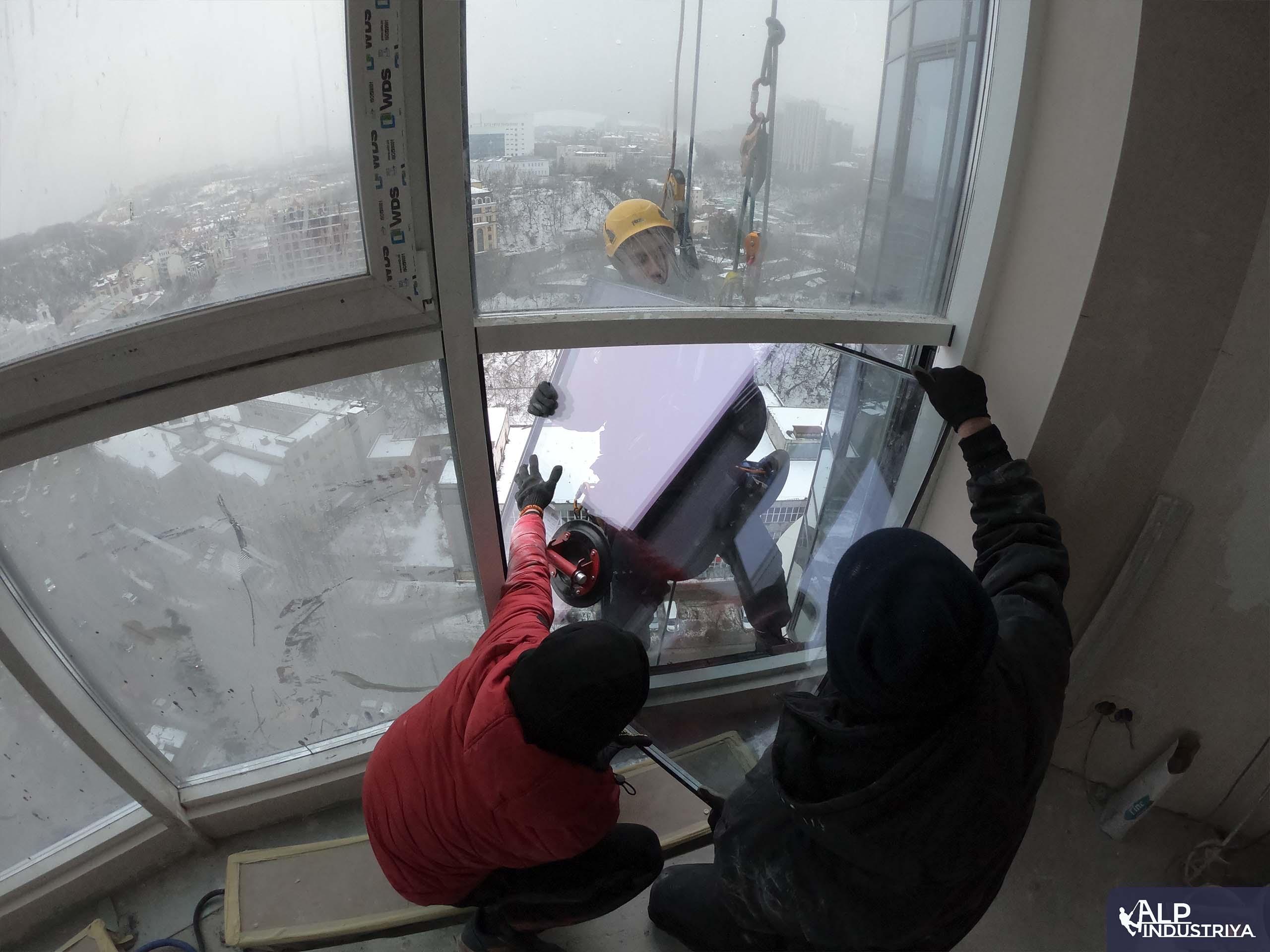 Монтаж нового стекла верхолазами нашей компании-5
