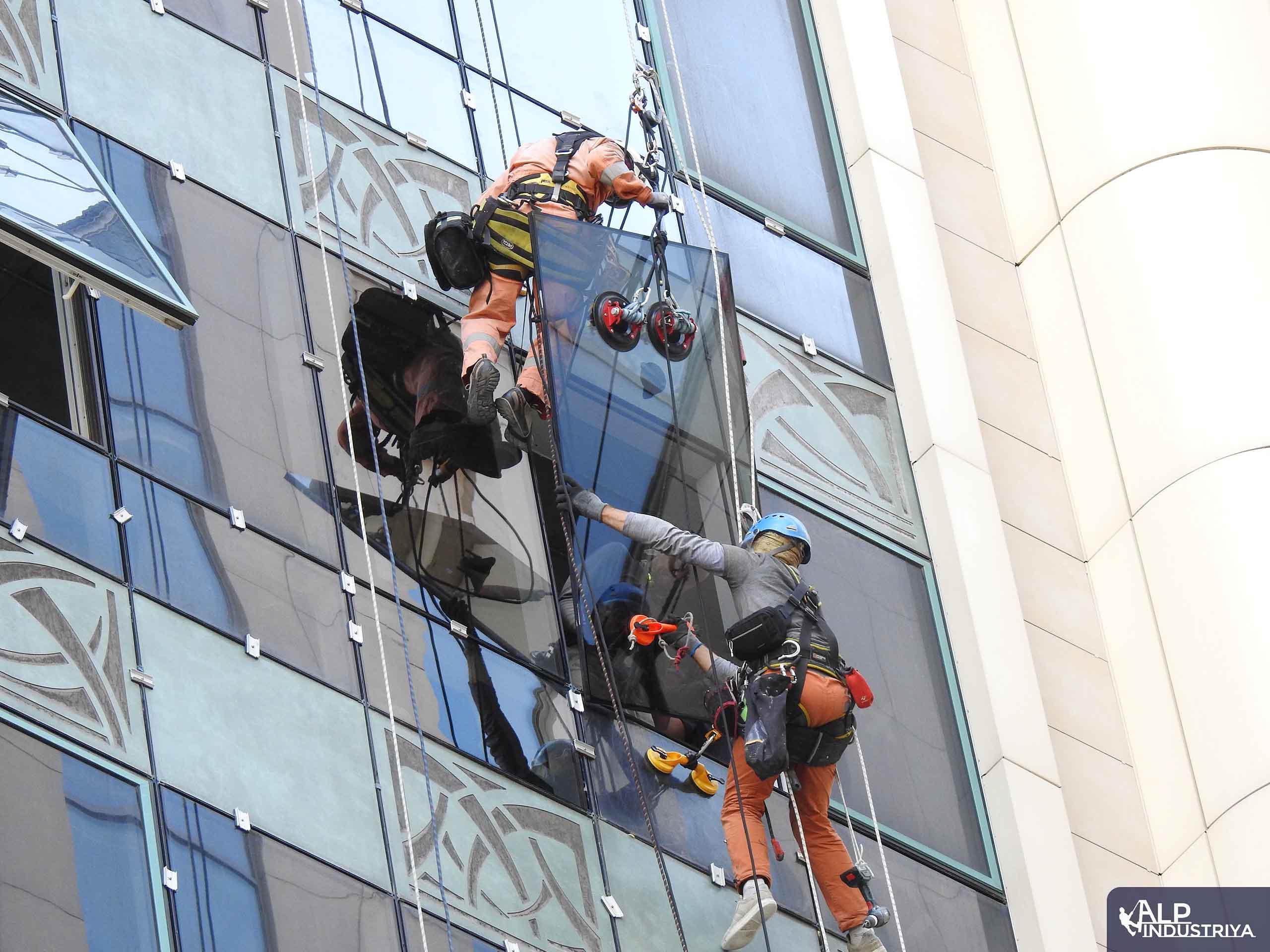 Монтаж нового остекления на фасаде здания-2