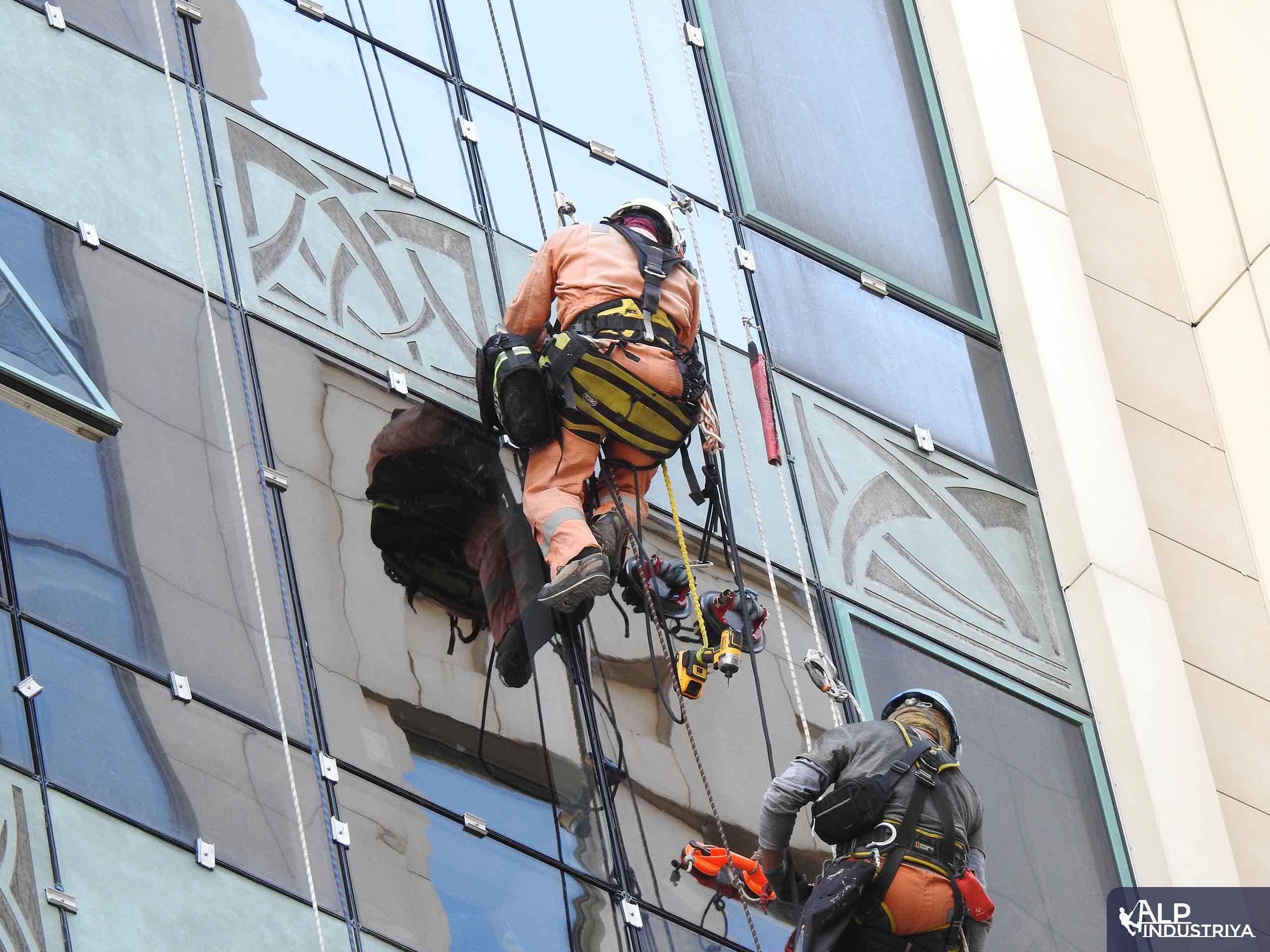 Монтаж нового остекления на фасаде здания-3