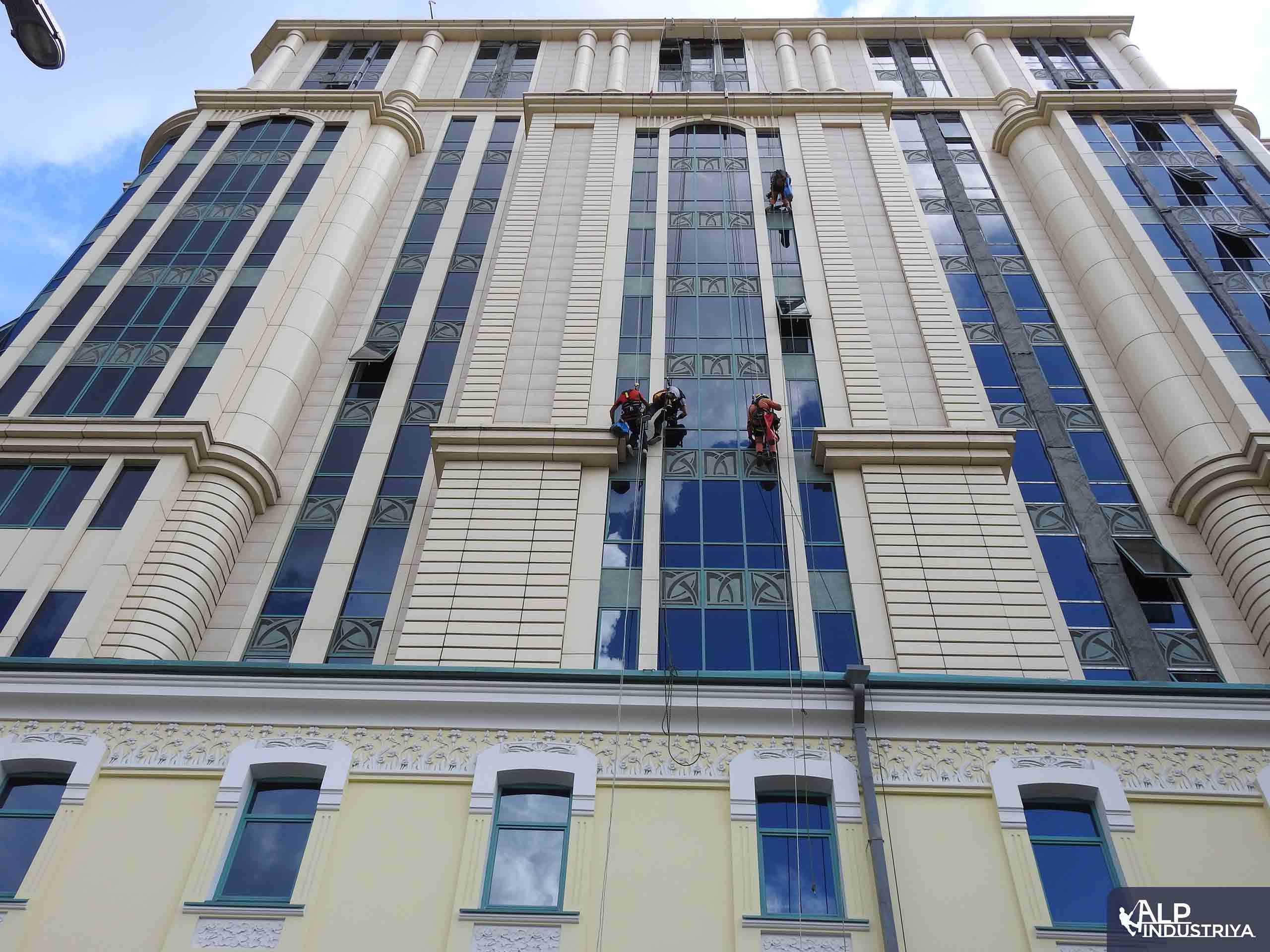 Устранение фасадного затекания скалолазами – строителями-2