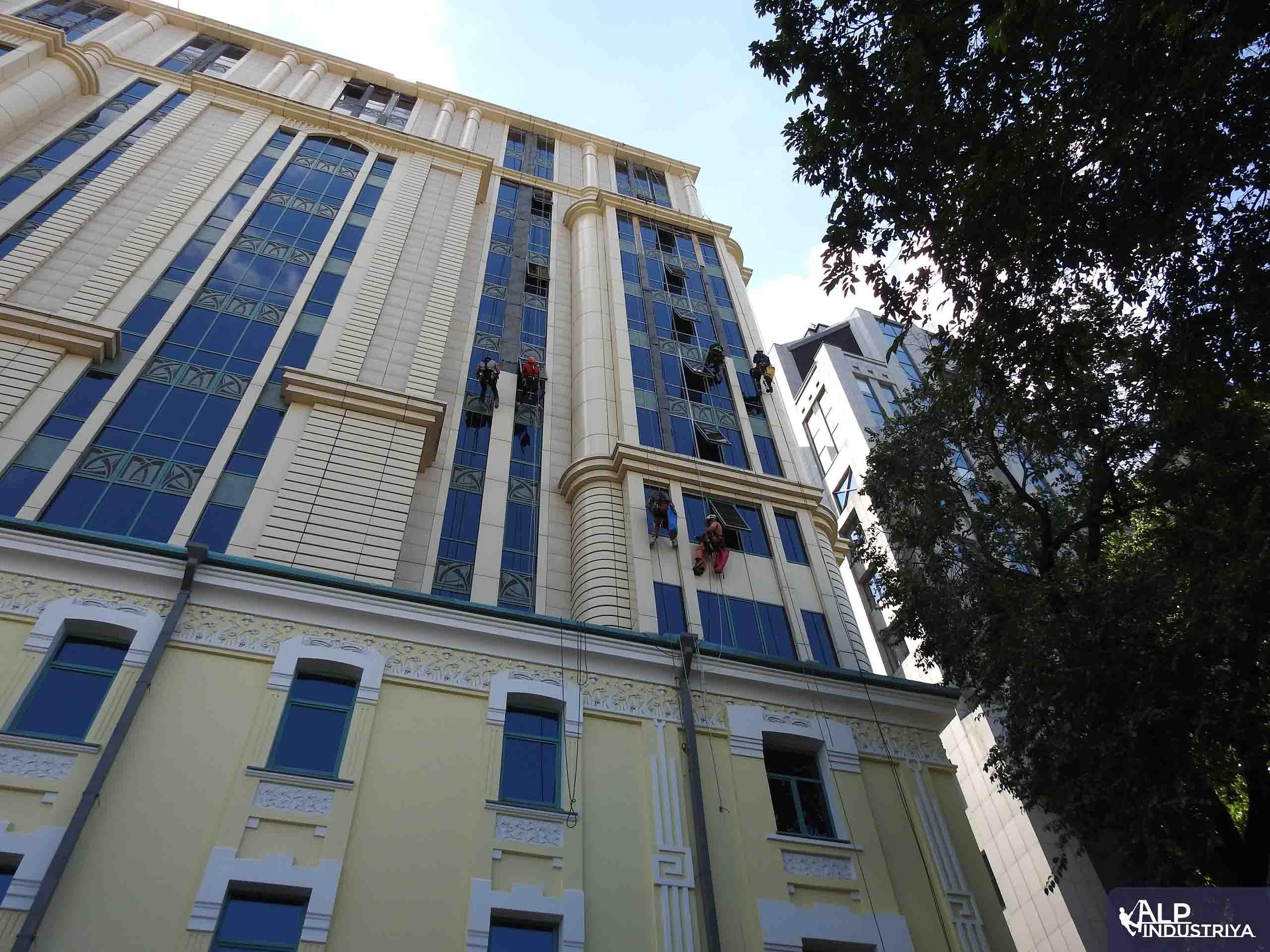 Устранение фасадного затекания скалолазами – строителями-3
