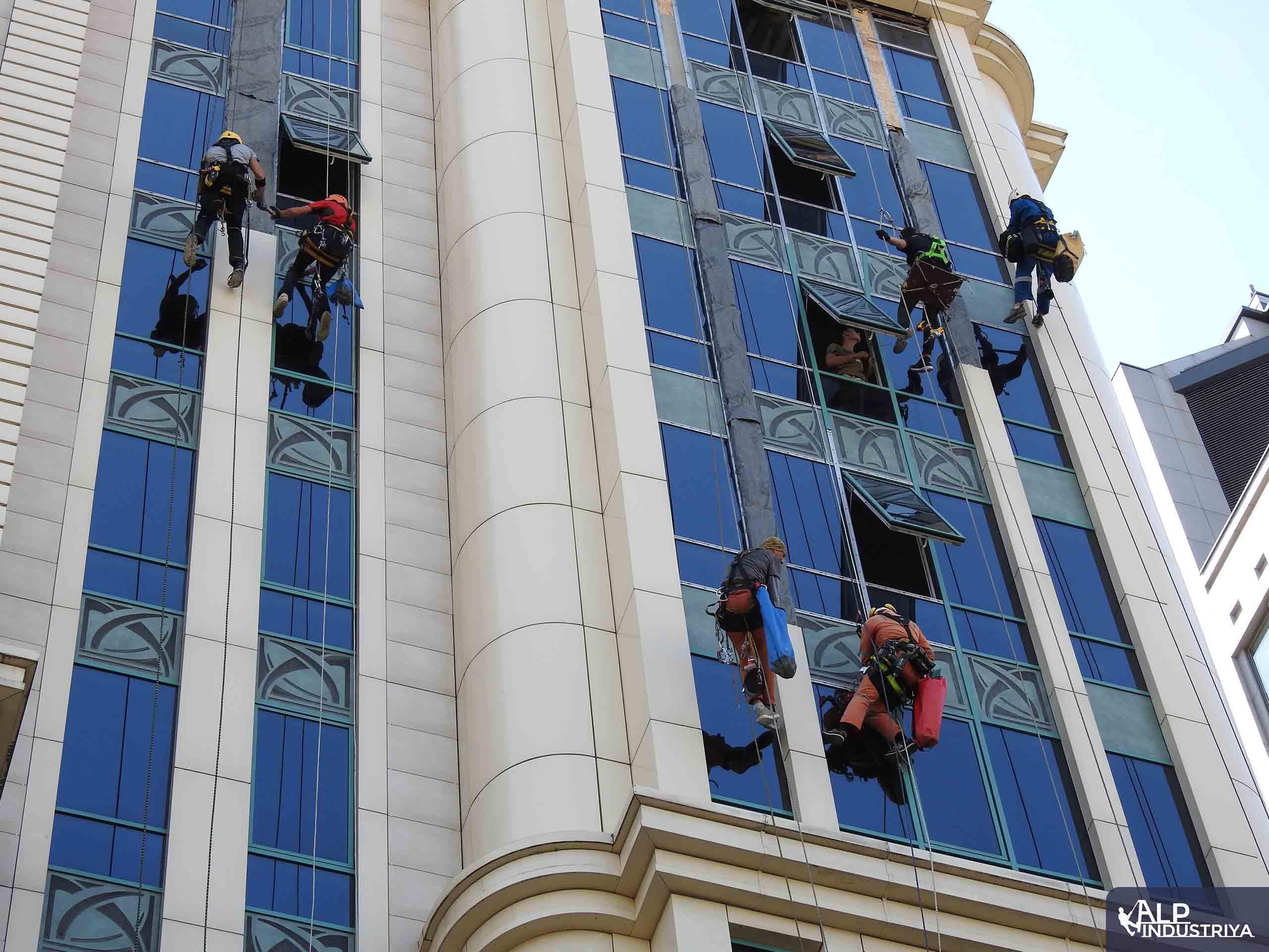 Устранение фасадного затекания скалолазами – строителями-4