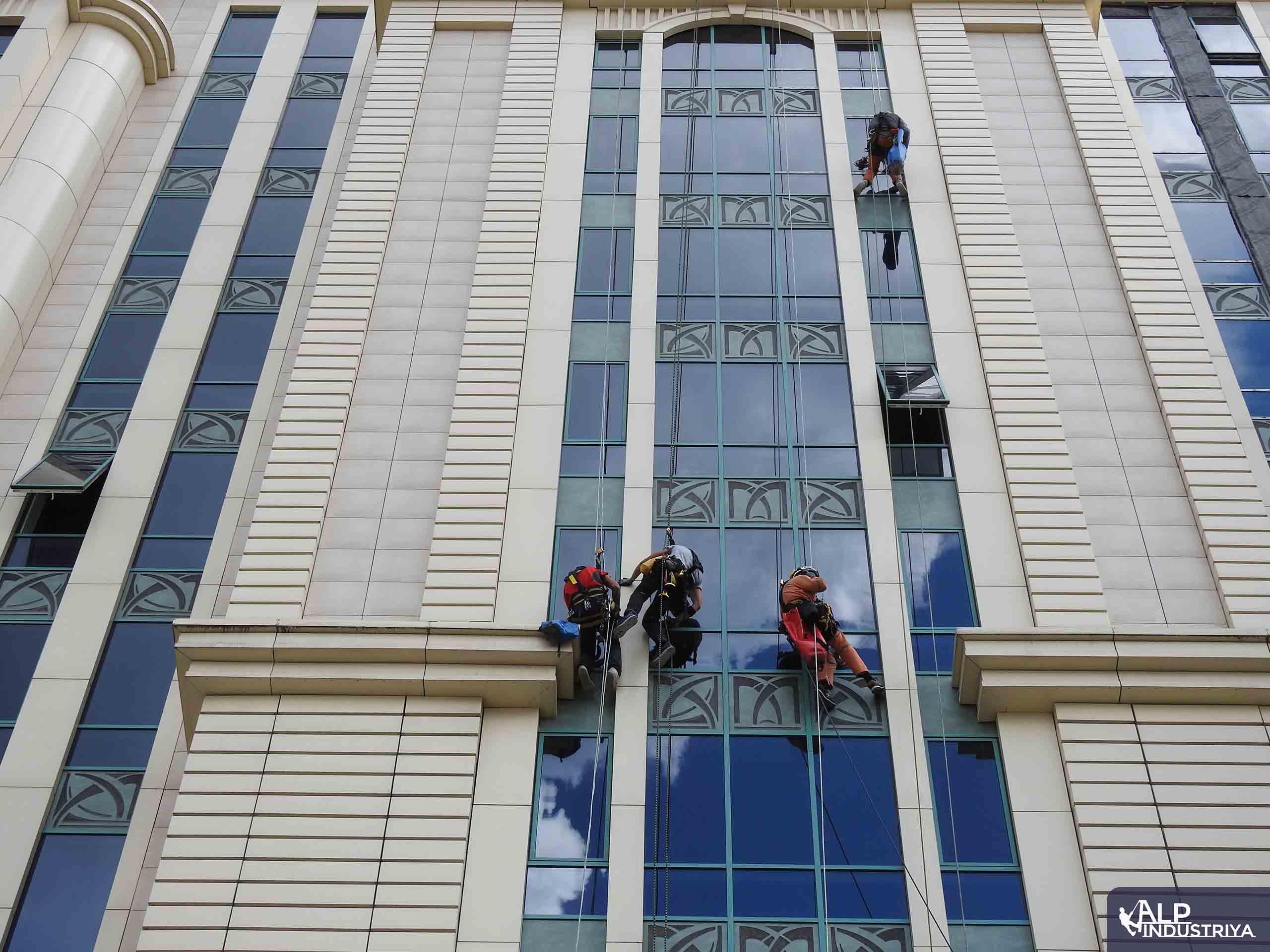 Устранение фасадного затекания скалолазами – строителями-6