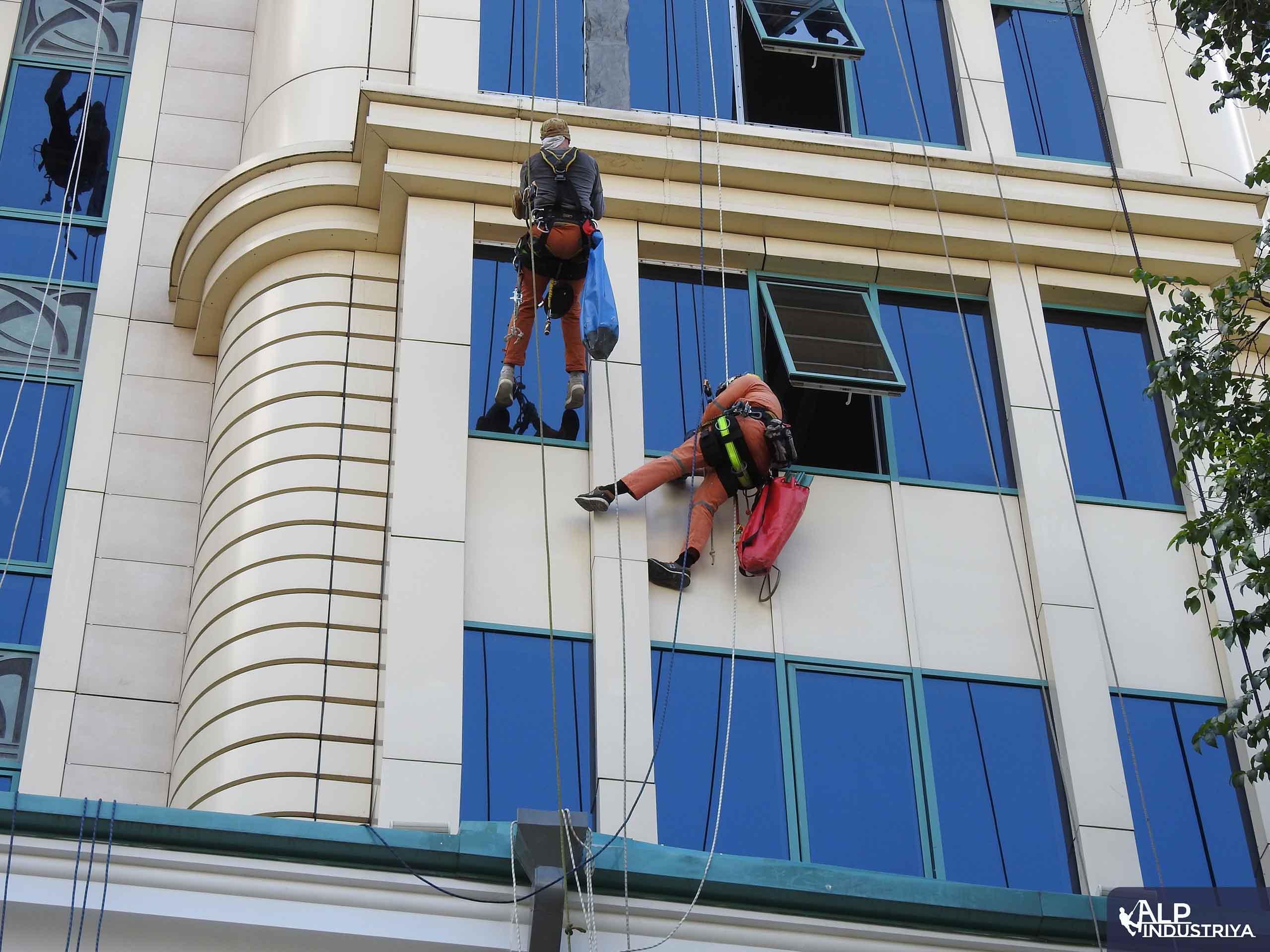 Устранение фасадного затекания скалолазами – строителями-7