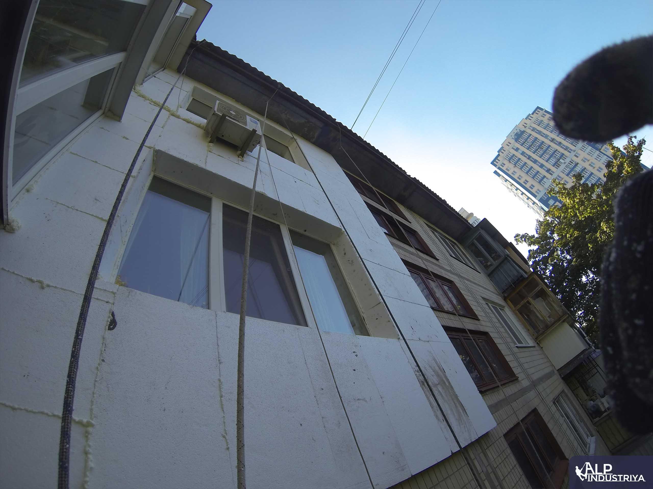 Утепление фасада квартиры на высоте пенопластом-2