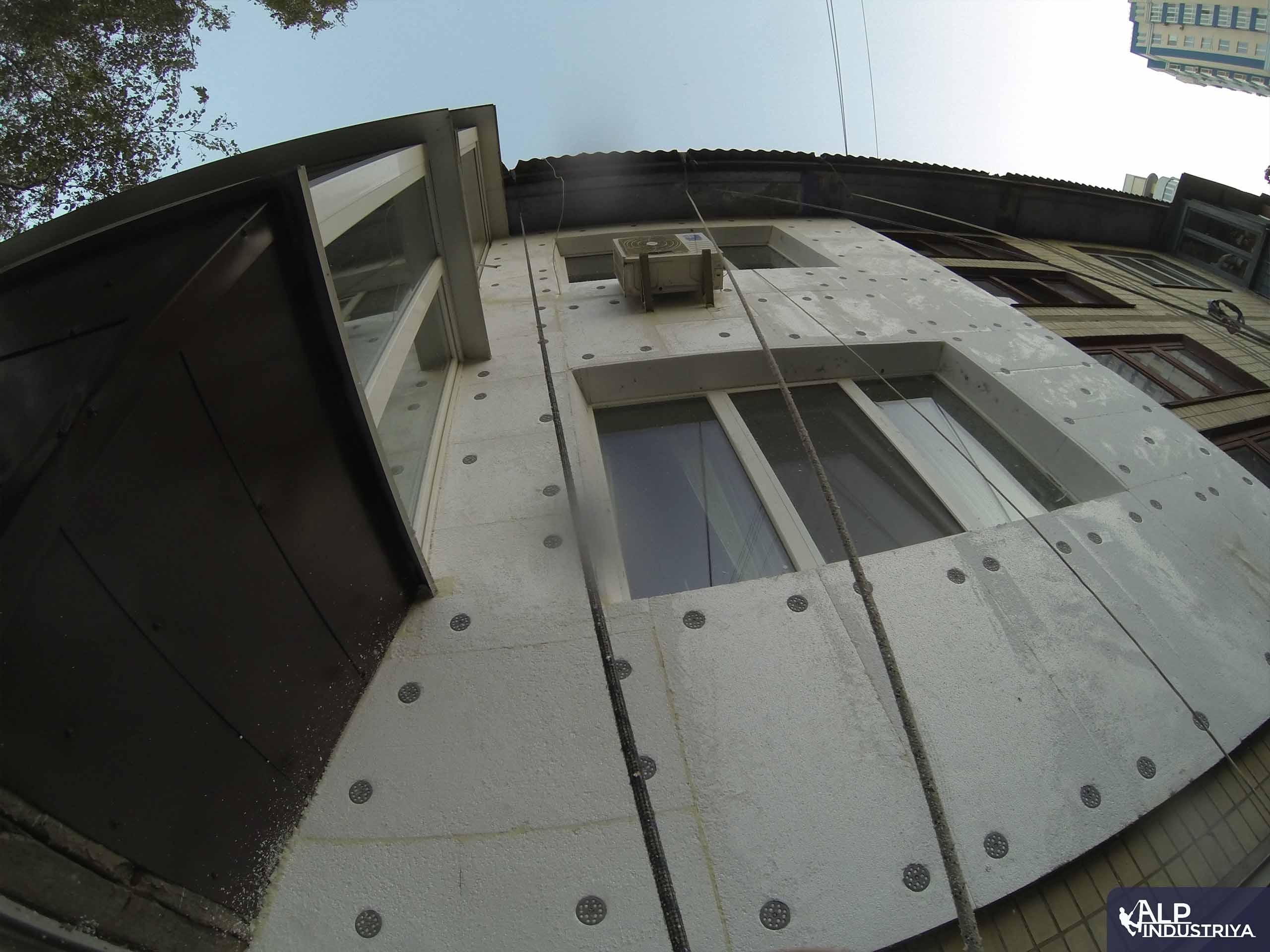 Утепление фасада квартиры на высоте пенопластом-3