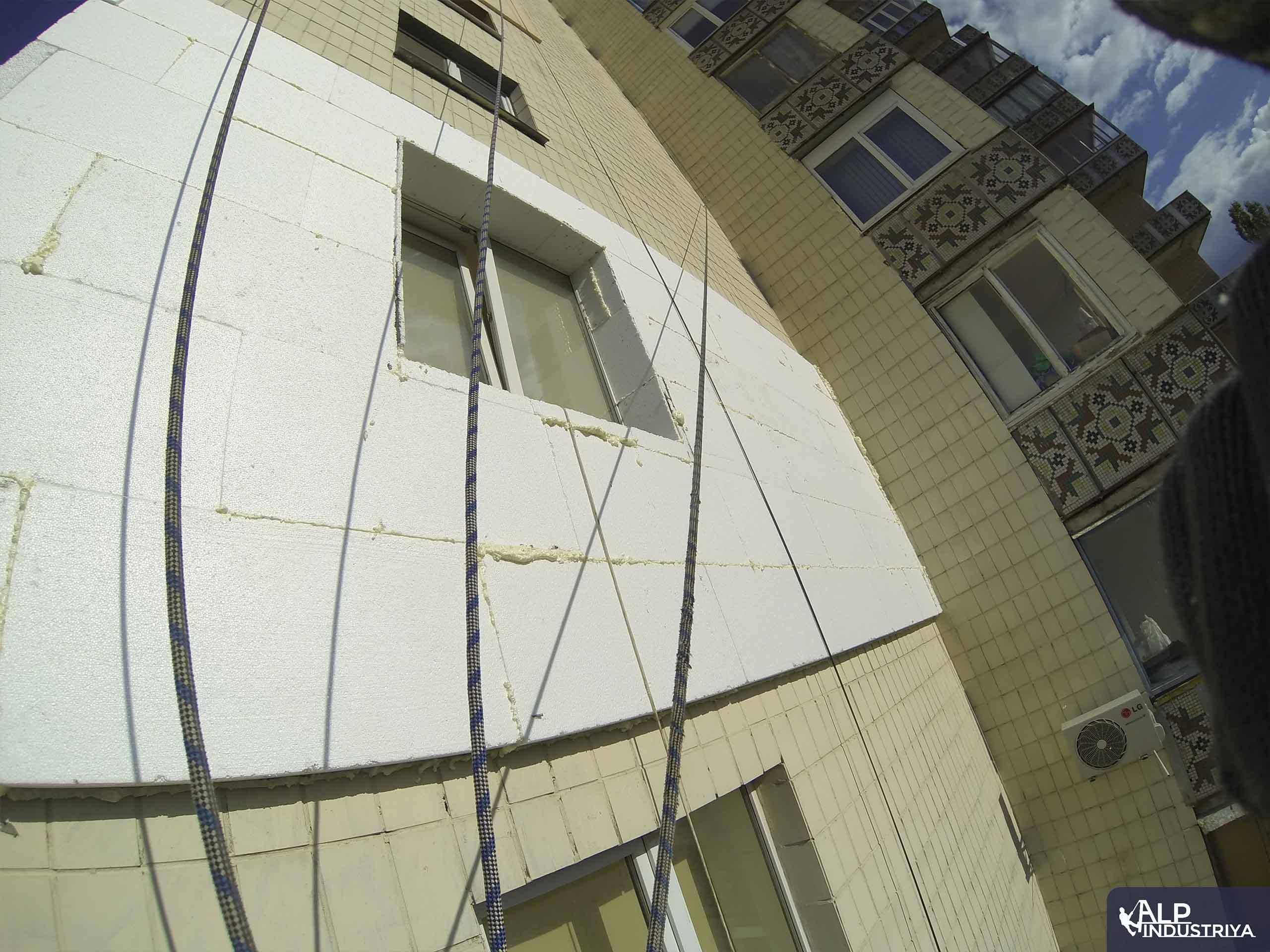 Фасад дома, утепленный альпинистами нашей компании-2