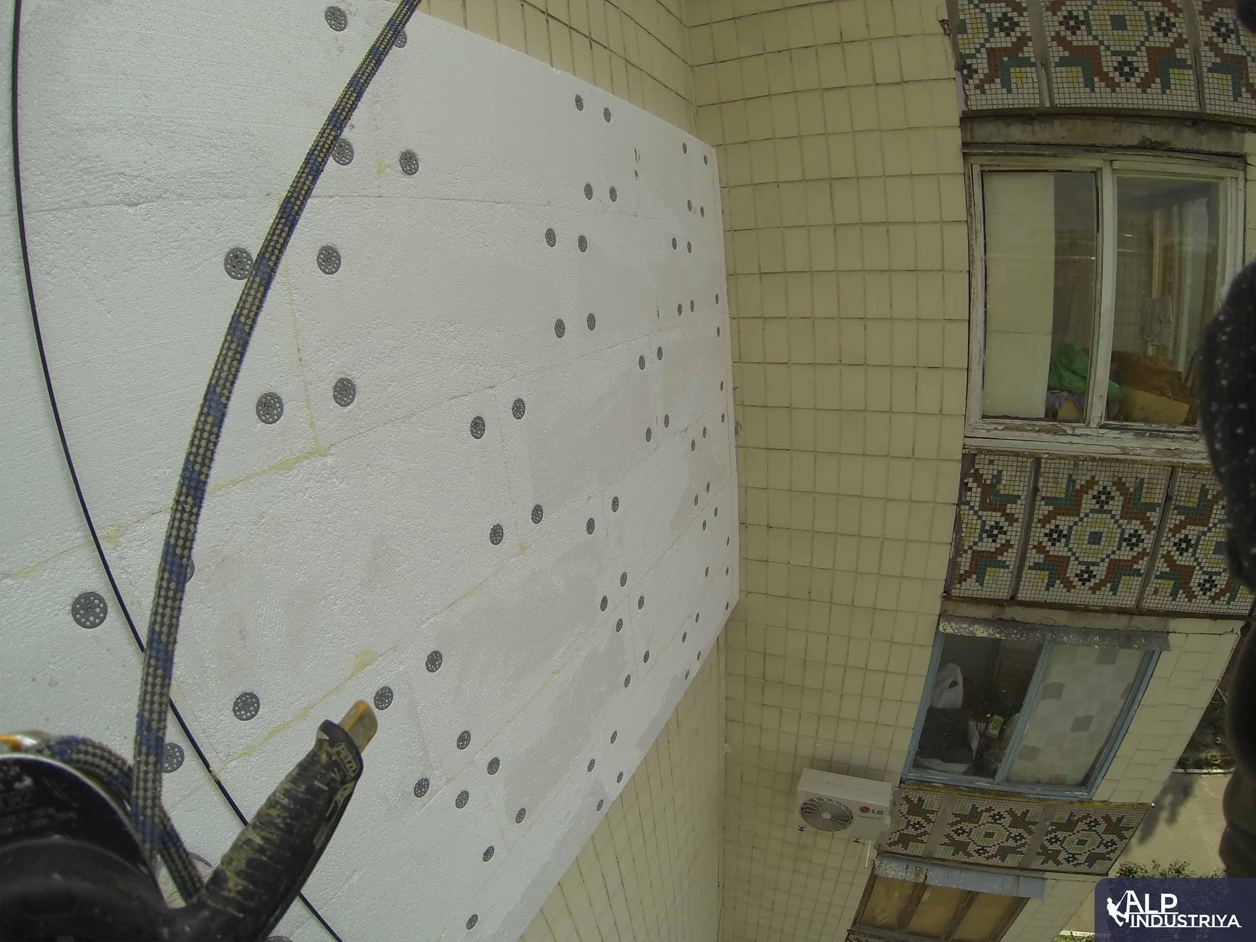 Фасад дома, утепленный альпинистами нашей компании-3
