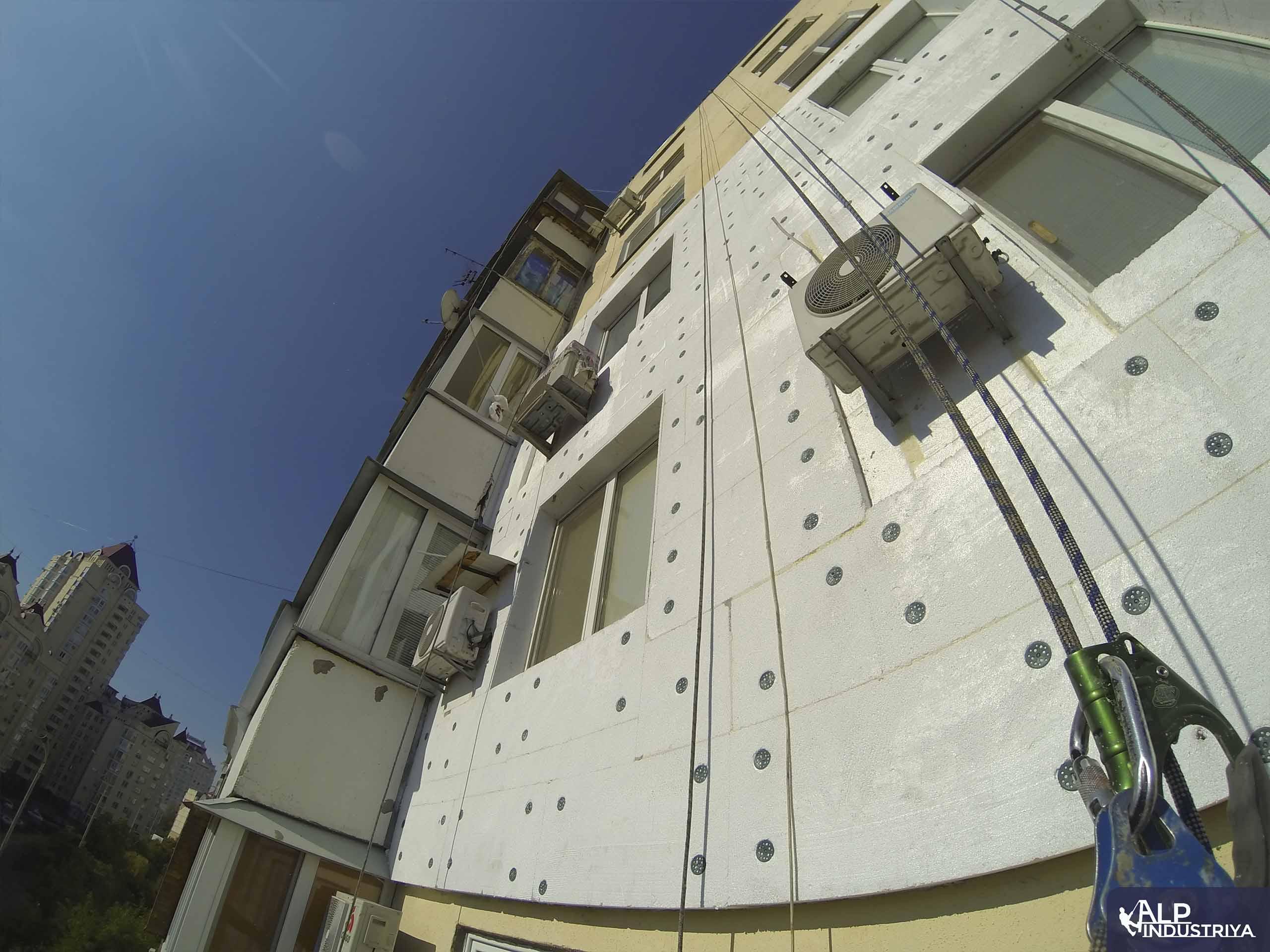 Утепленный фасад квартир многоэтажного жилого дома-2