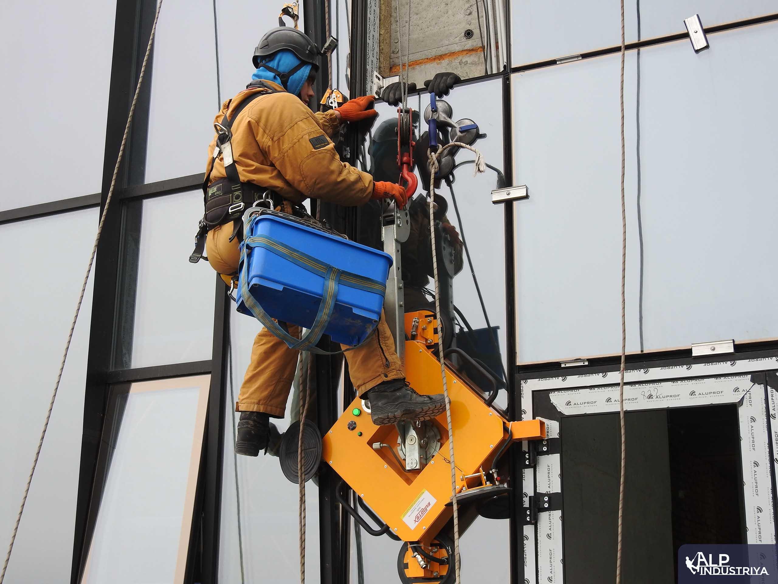 Замена остекления с помощью промышленных альпинистов-1