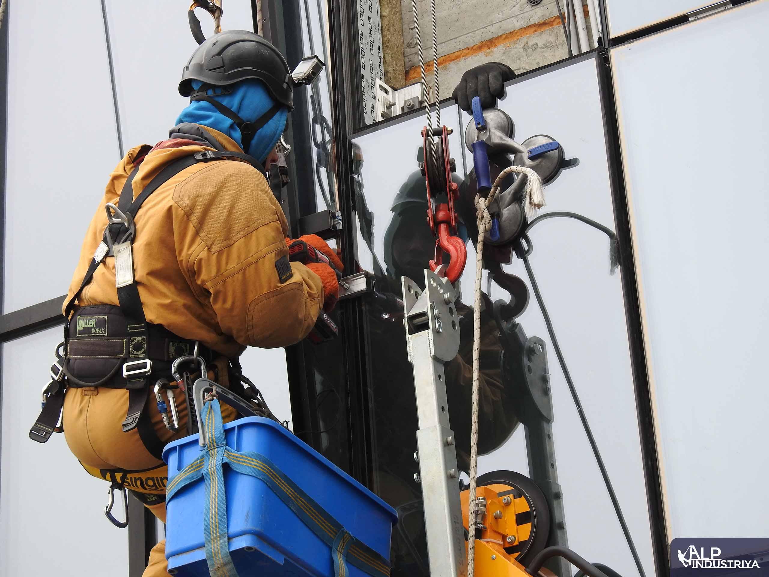 Замена остекления с помощью промышленных альпинистов-2