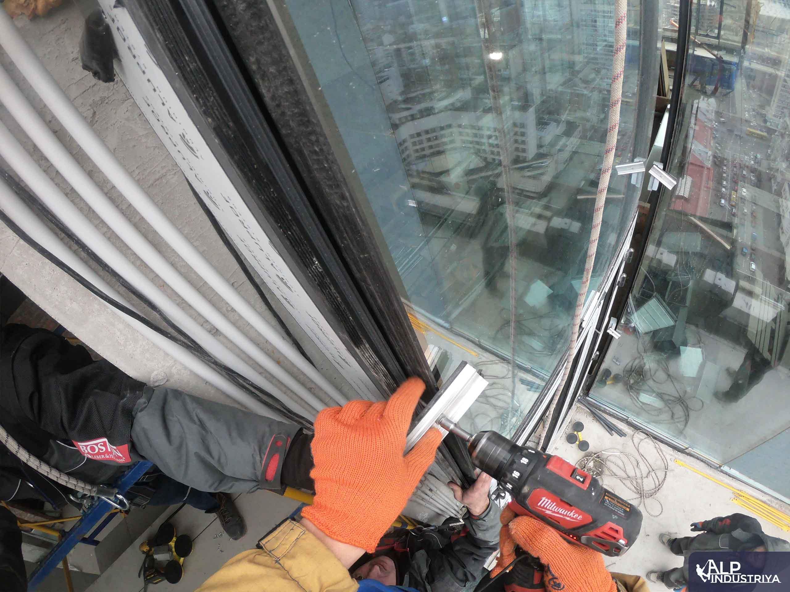Замена остекления с помощью промышленных альпинистов-5