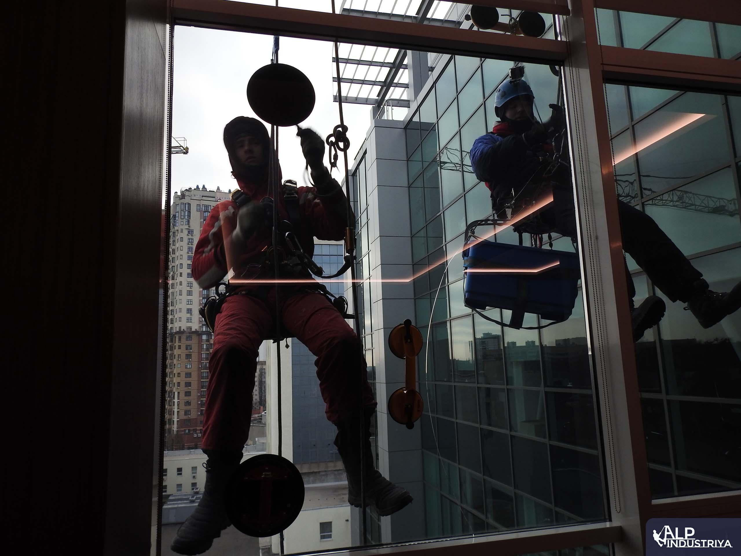 Процесс установки нового стекла вместо разбитого-1