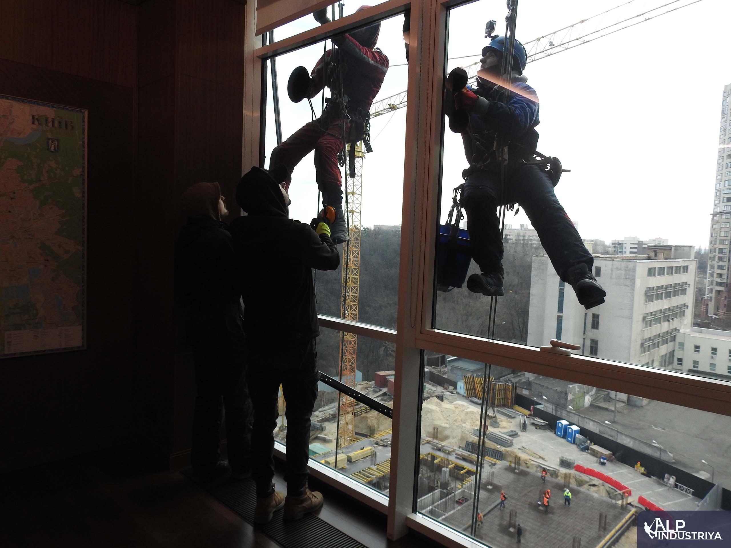 Процесс установки нового стекла вместо разбитого-2