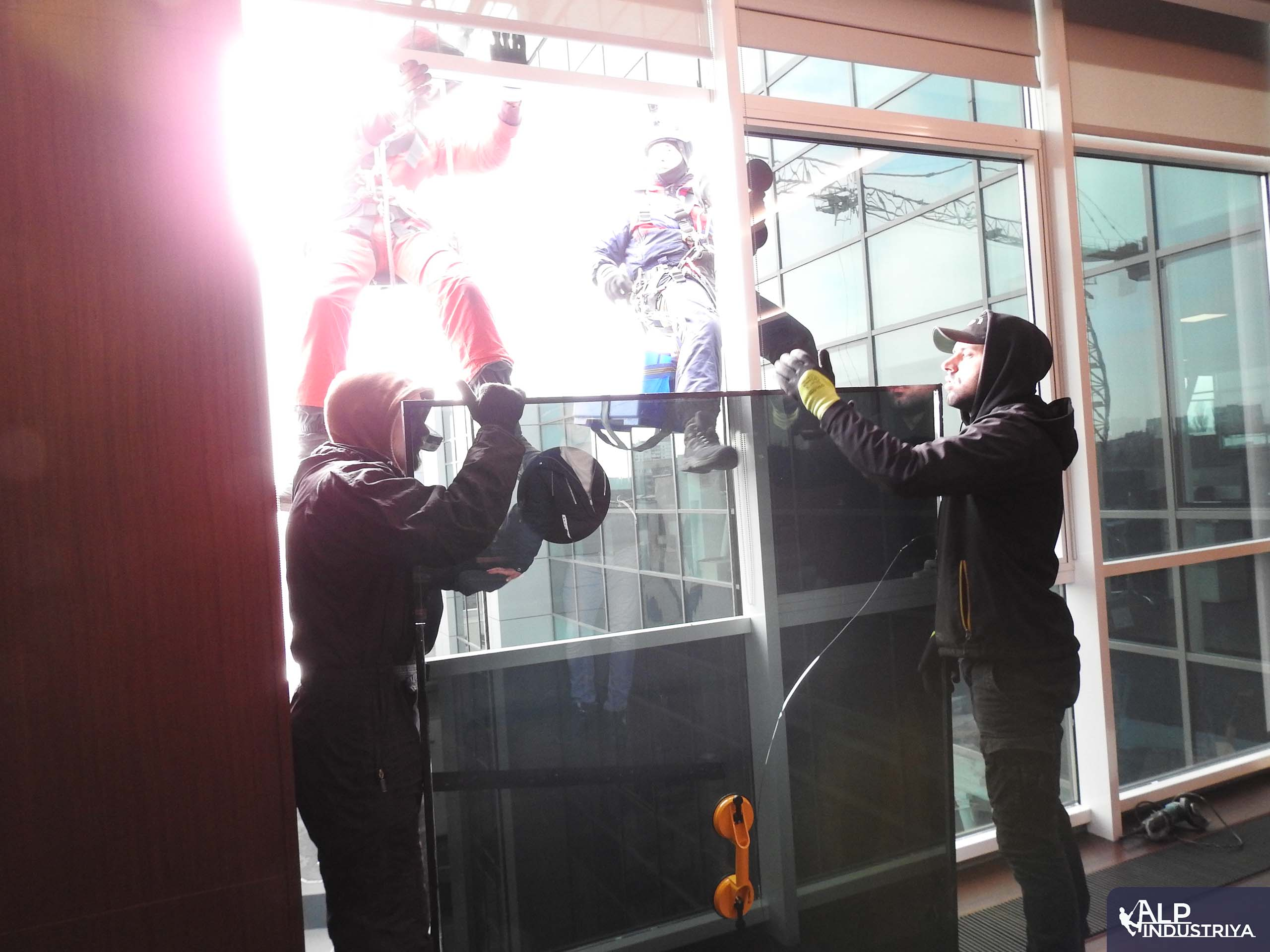 Процесс установки нового стекла вместо разбитого-3