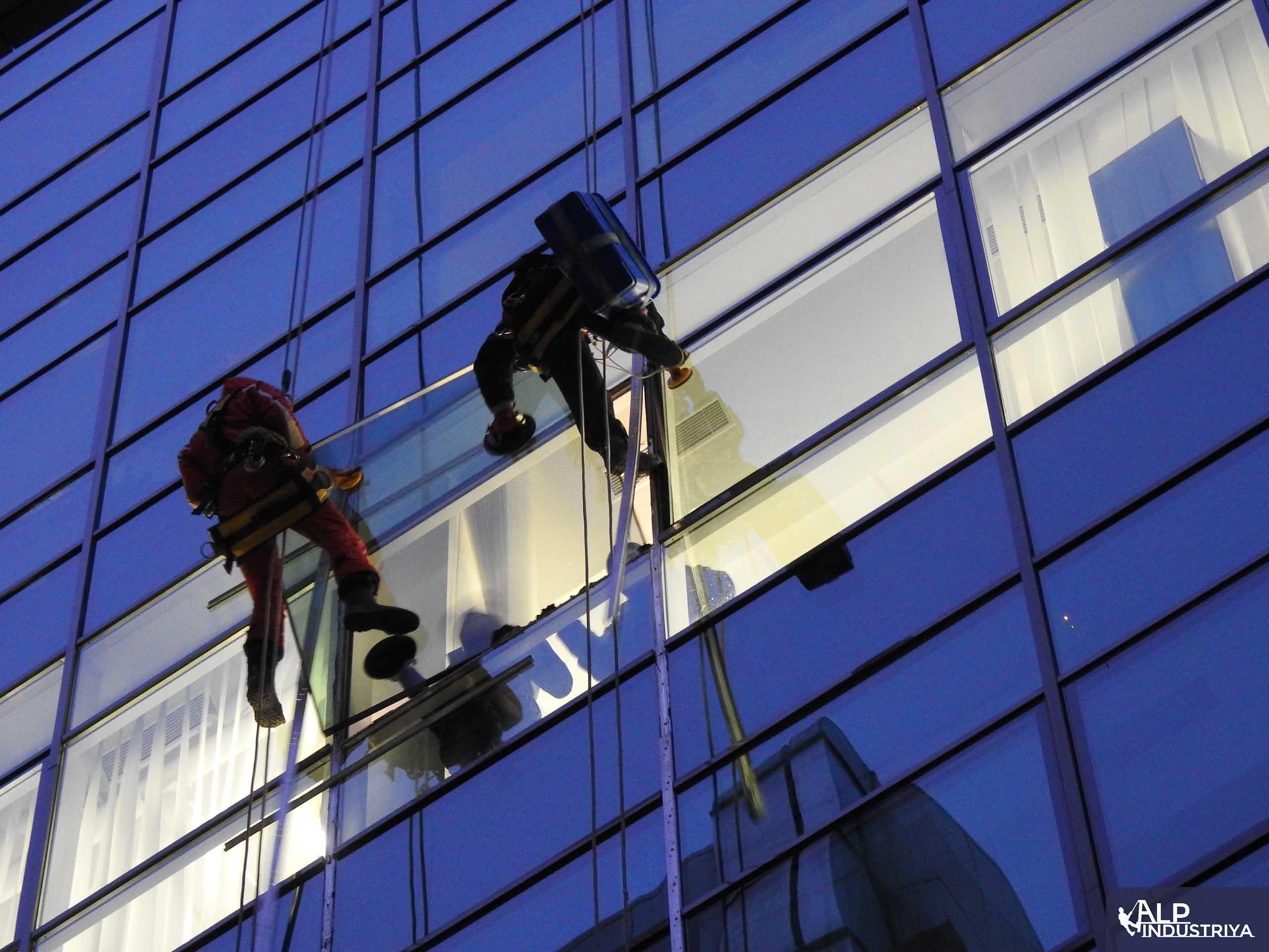 Процесс установки нового стекла вместо разбитого-5