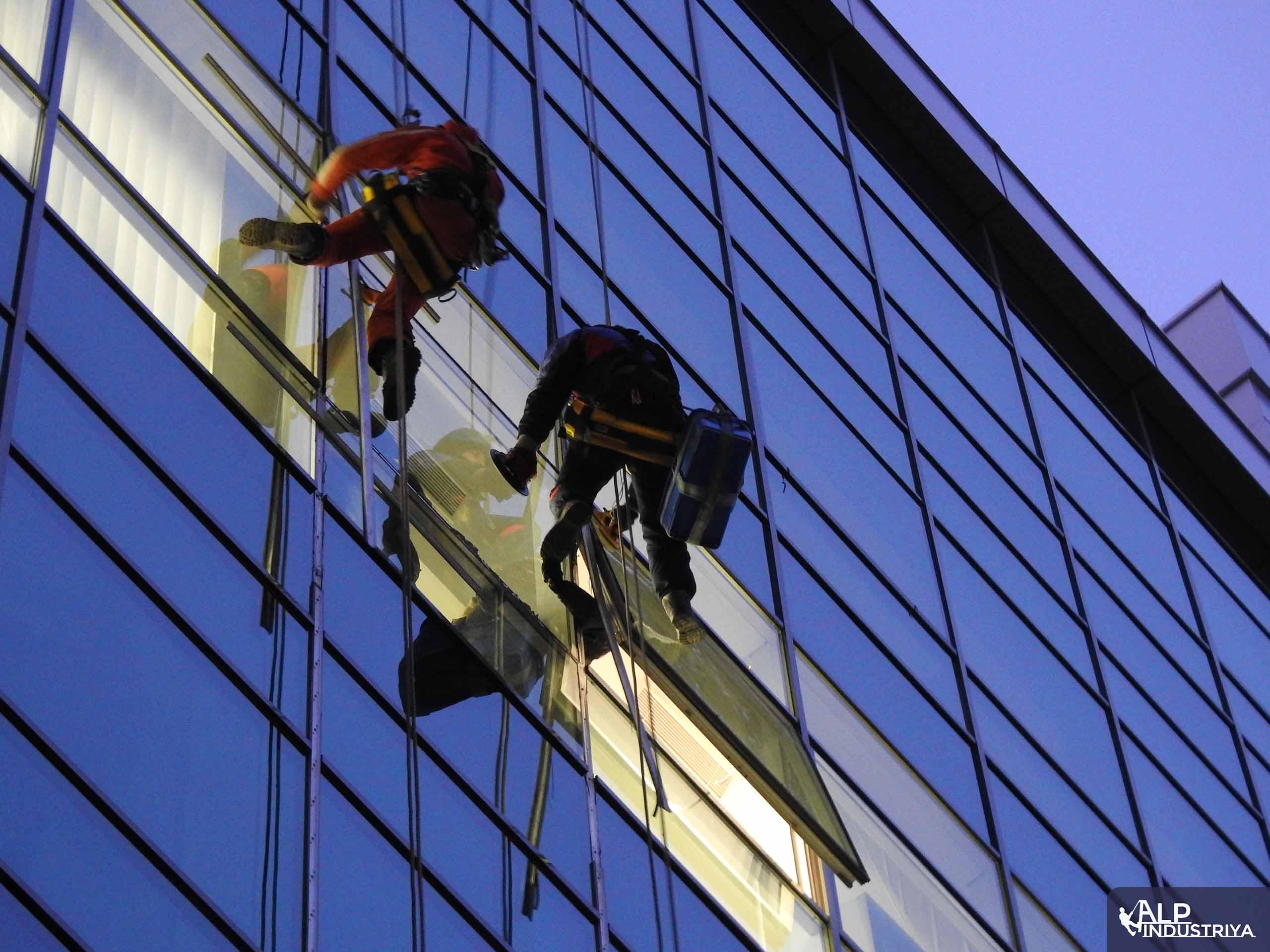 Процесс установки нового стекла вместо разбитого-6