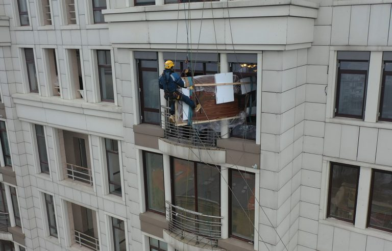 Поднимаем деревянную столешницу методом промышленного альпинизма!