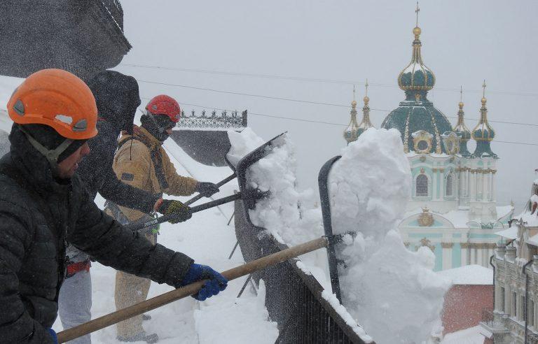 Очистка кровли от снега промальпинистом нашей компании!