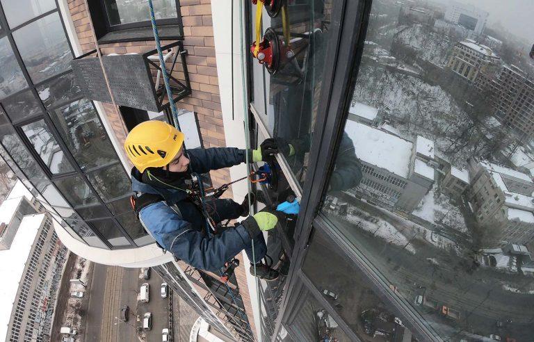 Монтаж нового стекла верхолазами нашей компании!