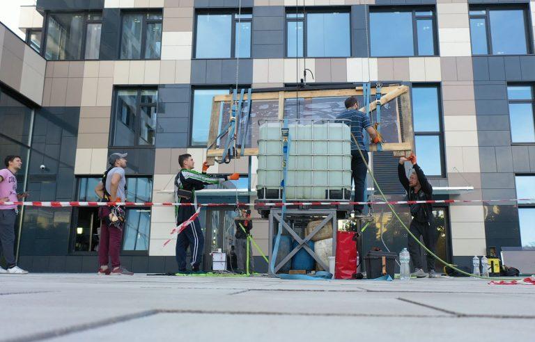 Транспортировка стекла на высоту по фасаду здания!