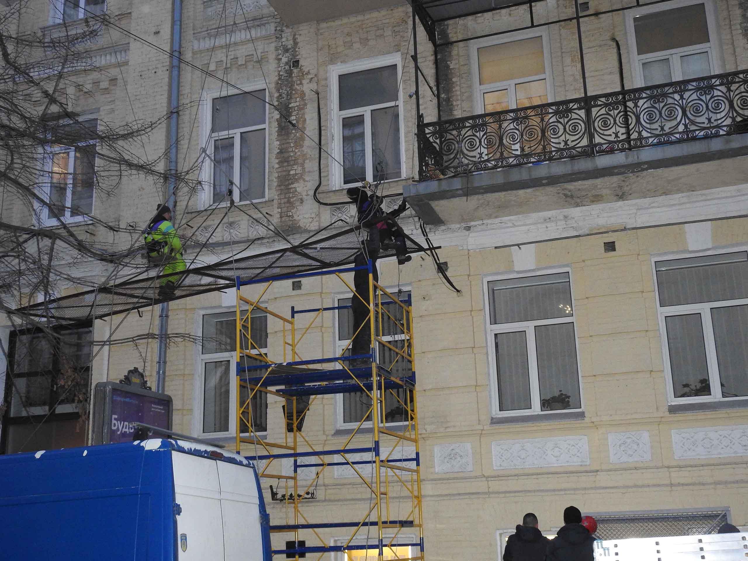 Демонтаж решетки альпинистами.