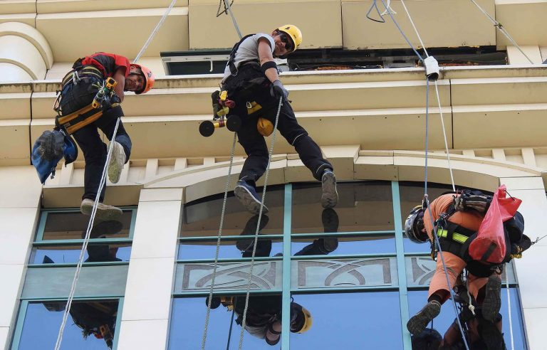 Устранение фасадного затекания скалолазами – строителями!