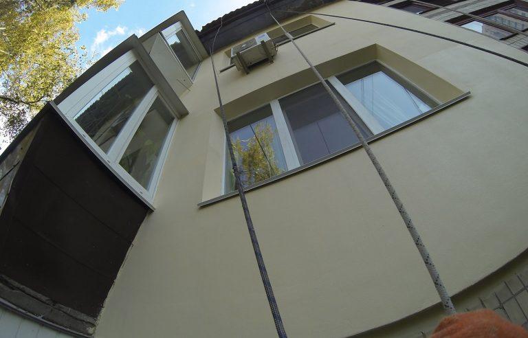 Утепление фасада квартиры на высоте пенопластом!