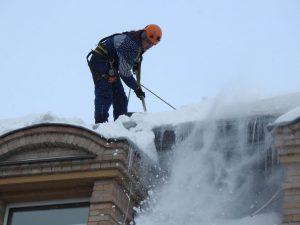 Чистка снега с крыши.